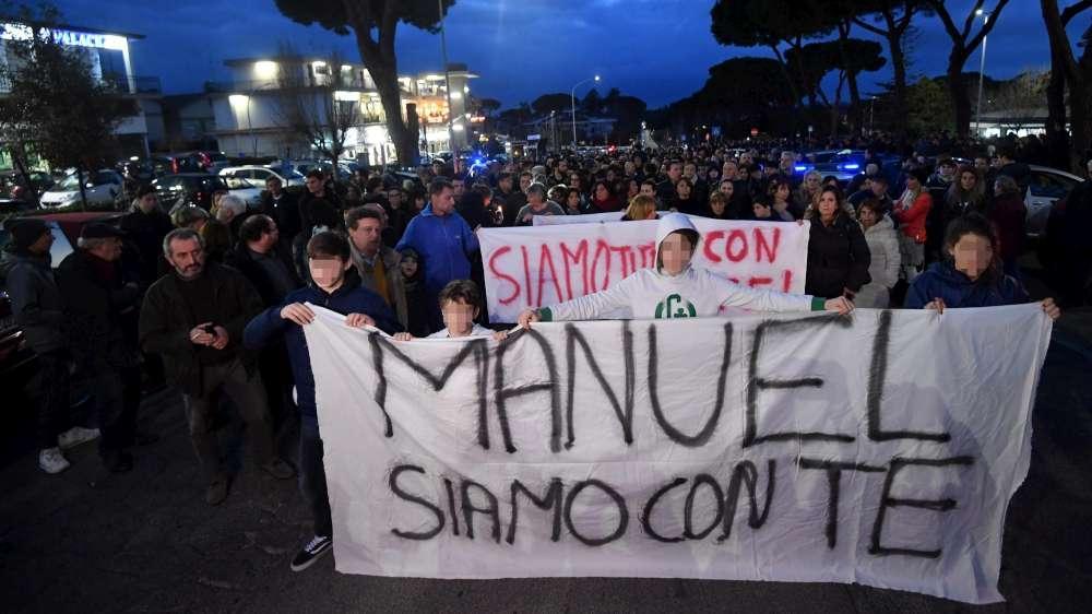 Manuel, migliaia di persone alla fiaccolata all Axa:  Siamo tutti con te