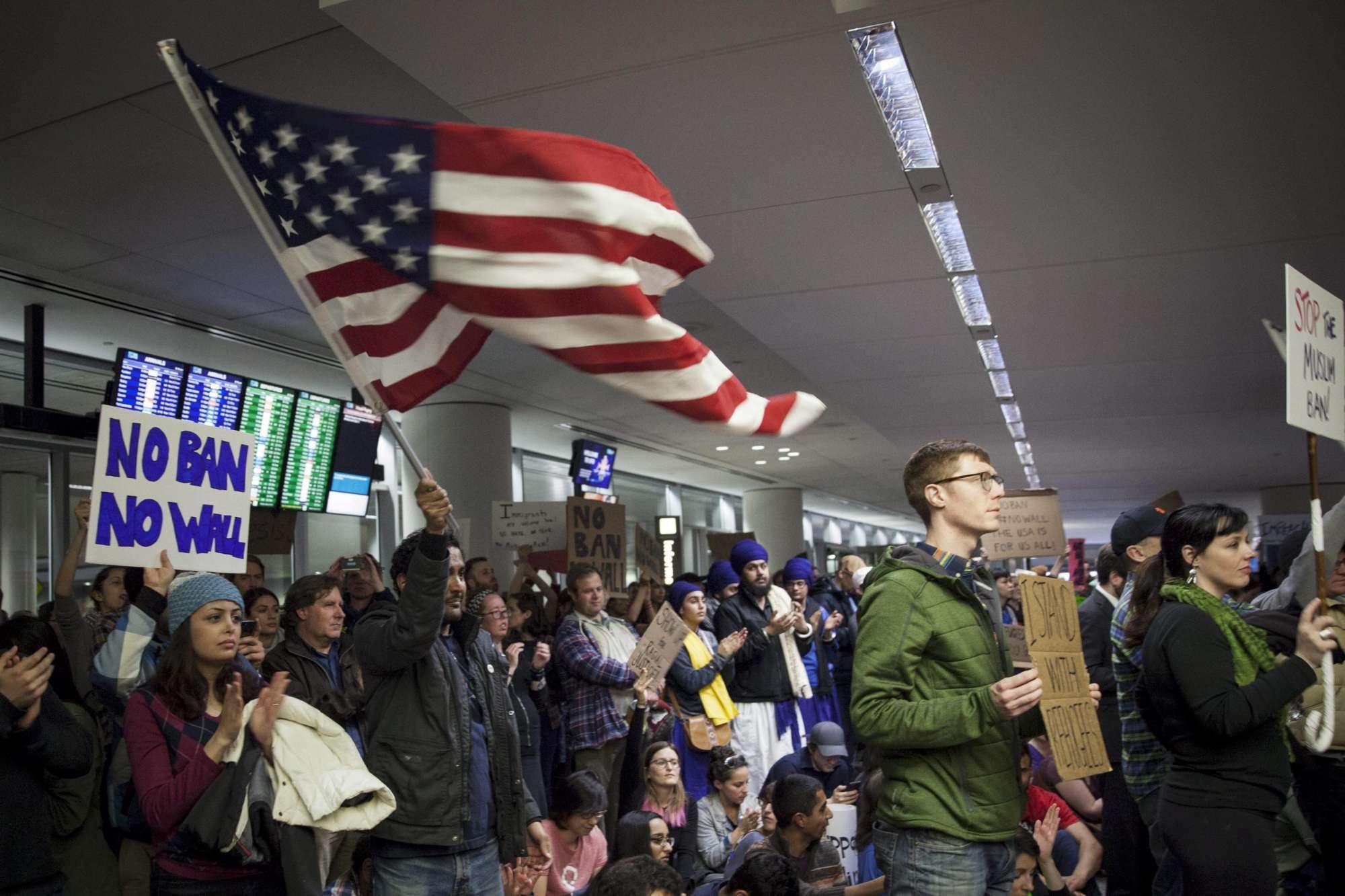 Usa, proteste negli aeroporti contro il decreto di Trump sui rifugiati