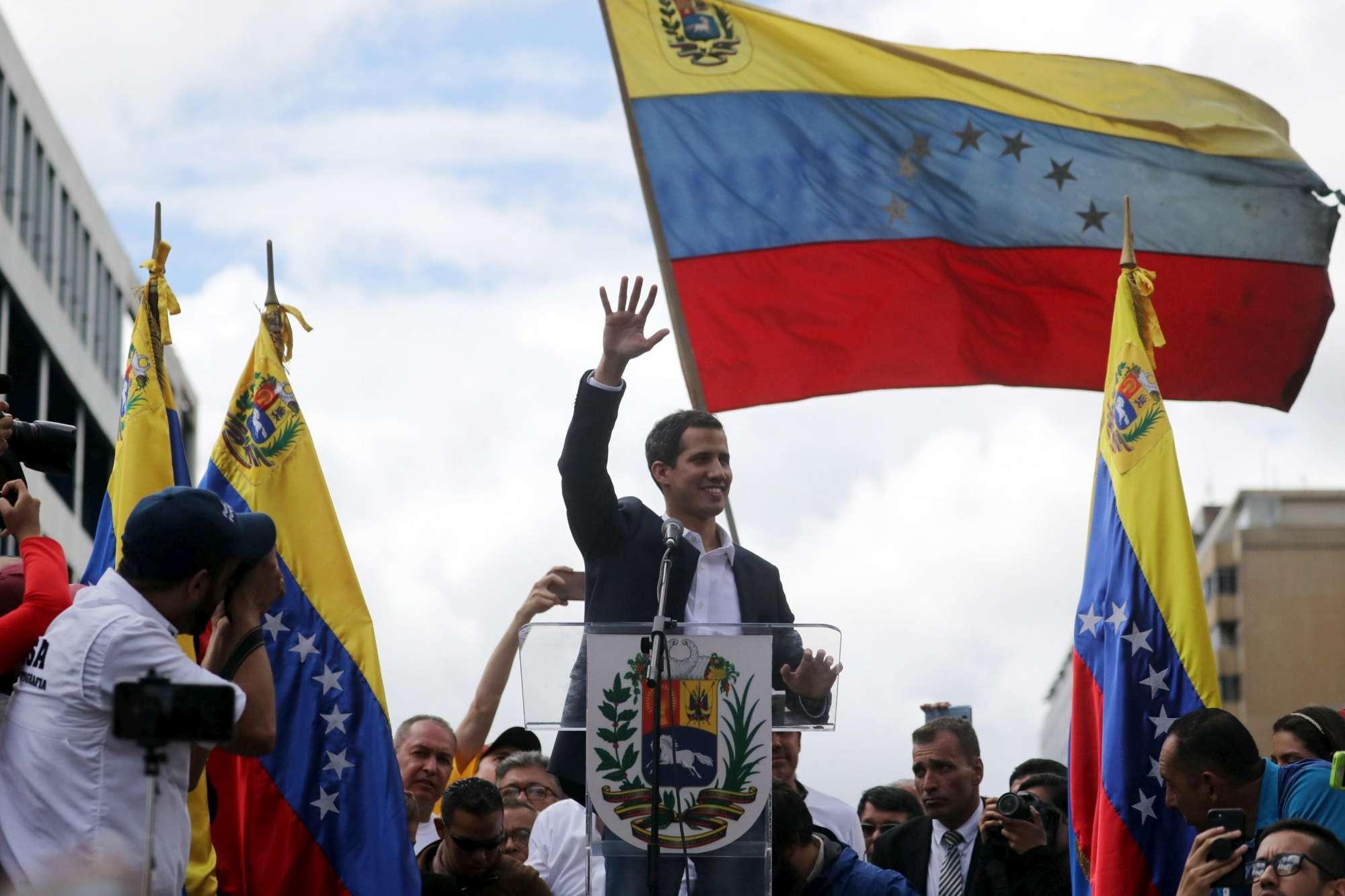 Venezuela, Guaidó si autoproclama presidente | Maduro:  Ci difenderemo