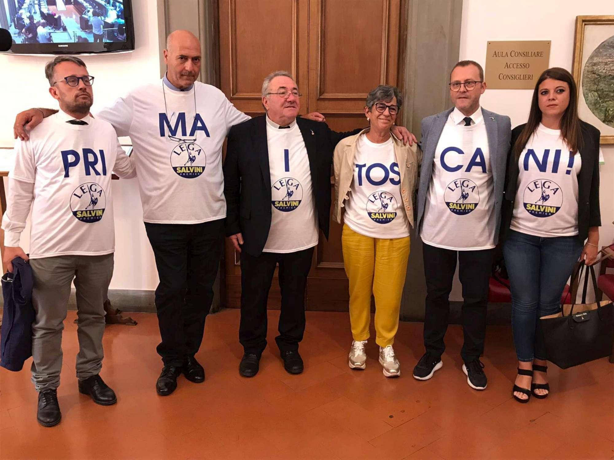 Prima i toscani , la protesta dei leghisti con gaffe scatena il web