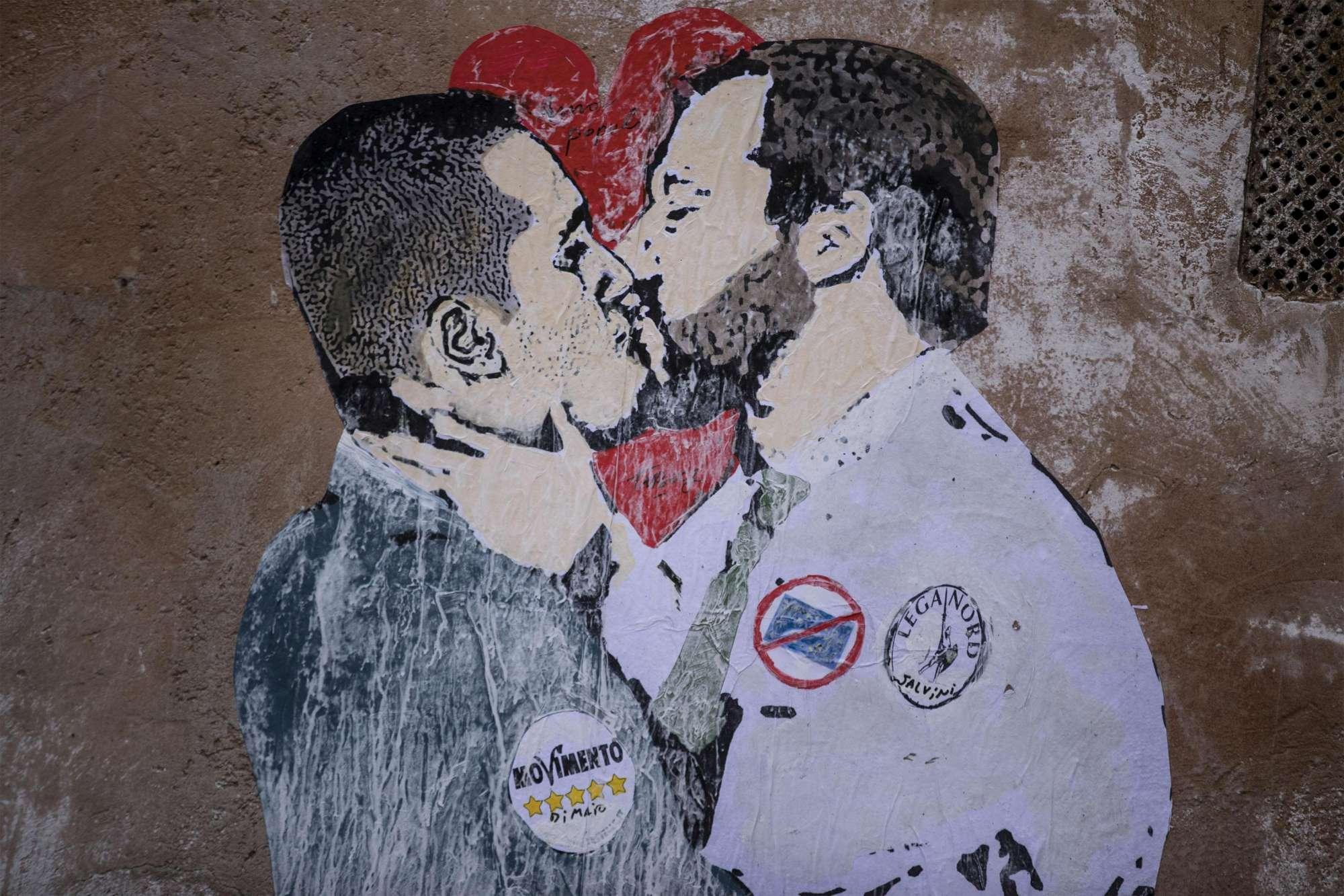 Nella notte spuntano murales a Roma: dal bacio di Di Maio-Salvini al volontariato della Meloni