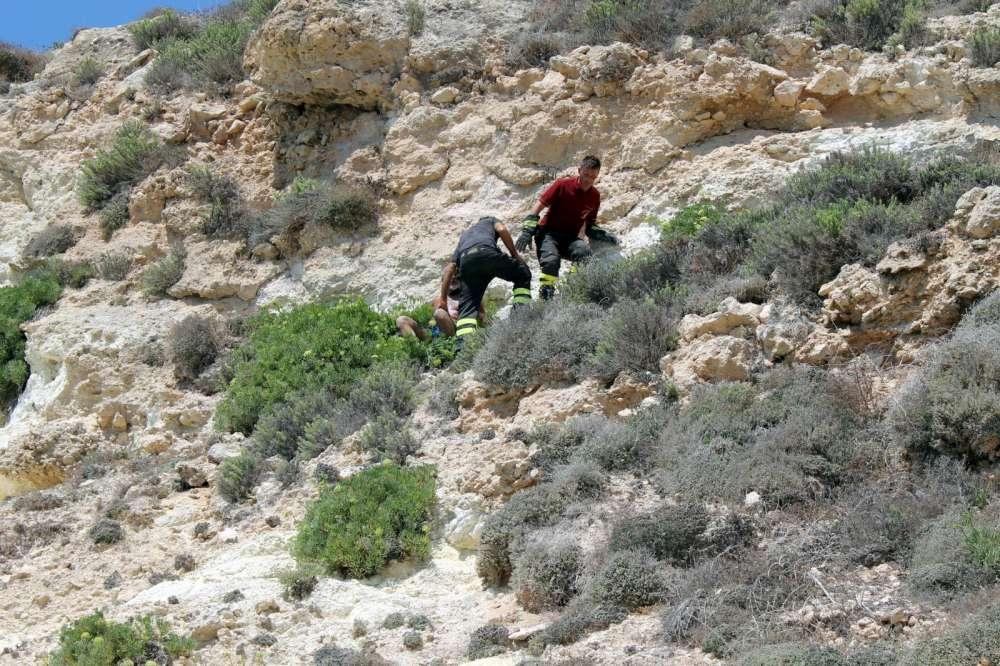 Lampedusa, caduta di pietre a causa di un turista che si è arrampicato