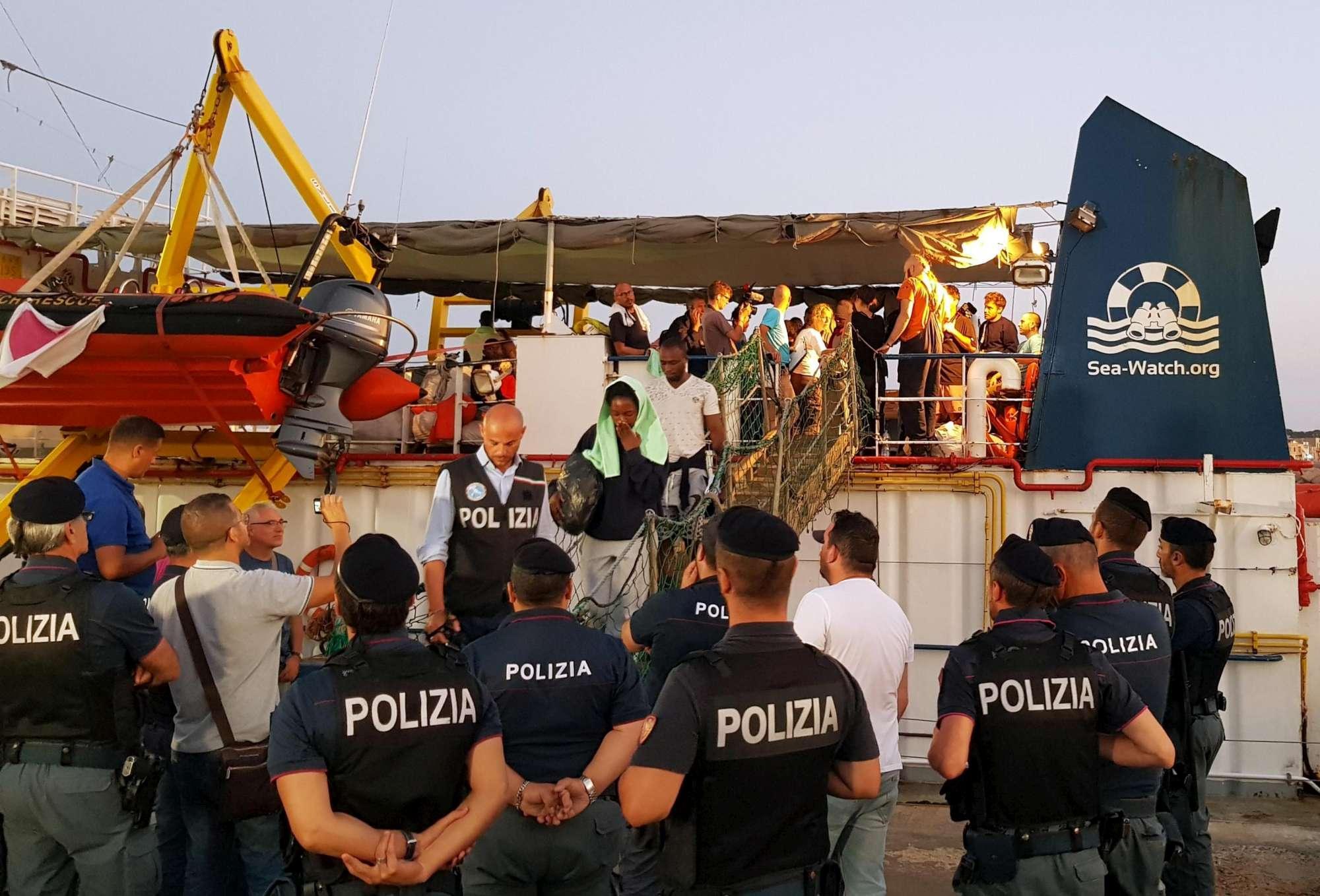 La Sea Watch 3 entra a Lampedusa, sbarcati tutti i migranti