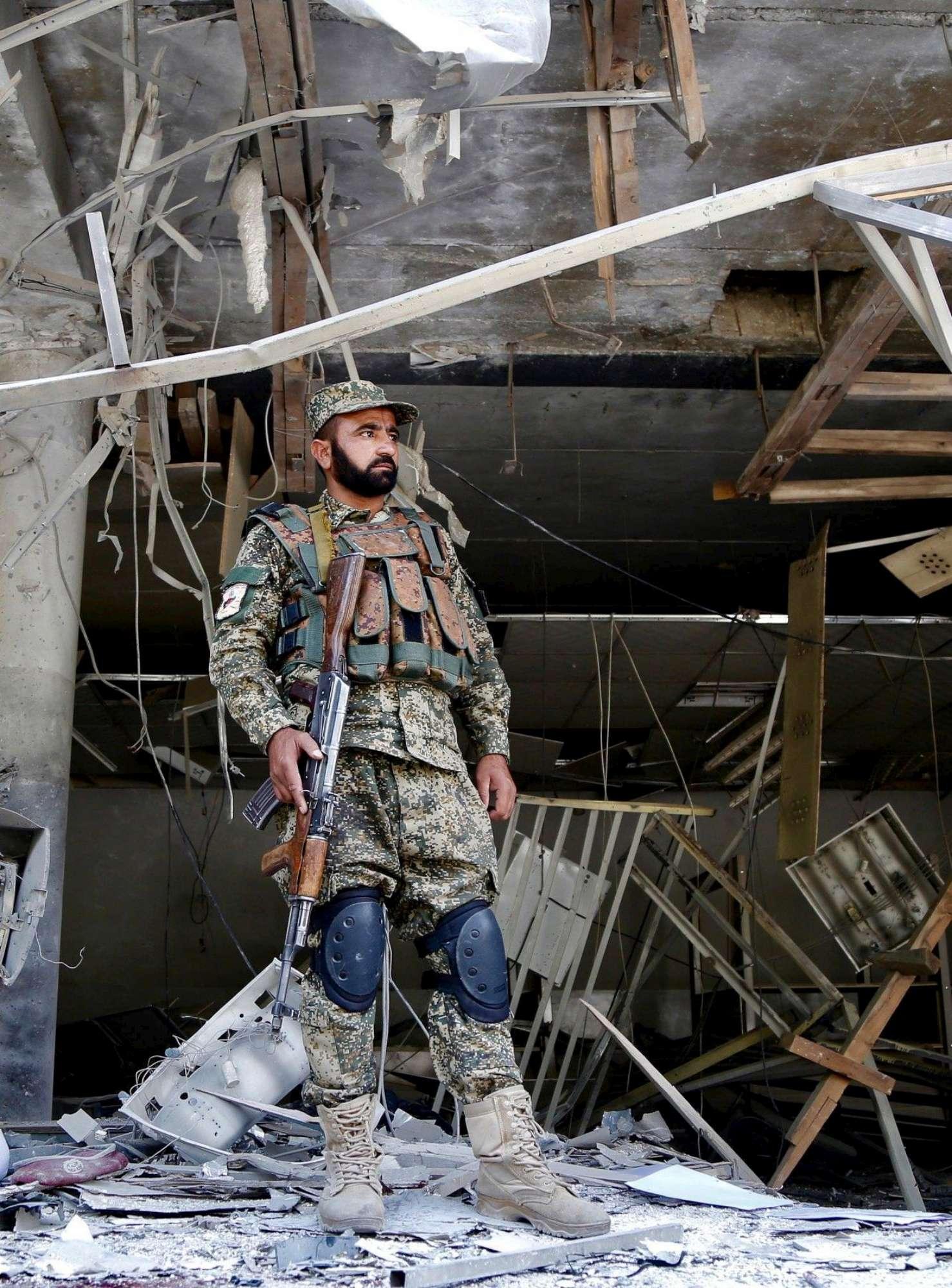 Kabul, kamikaze si fa esplodere davanti a una banca: uccisi soldati