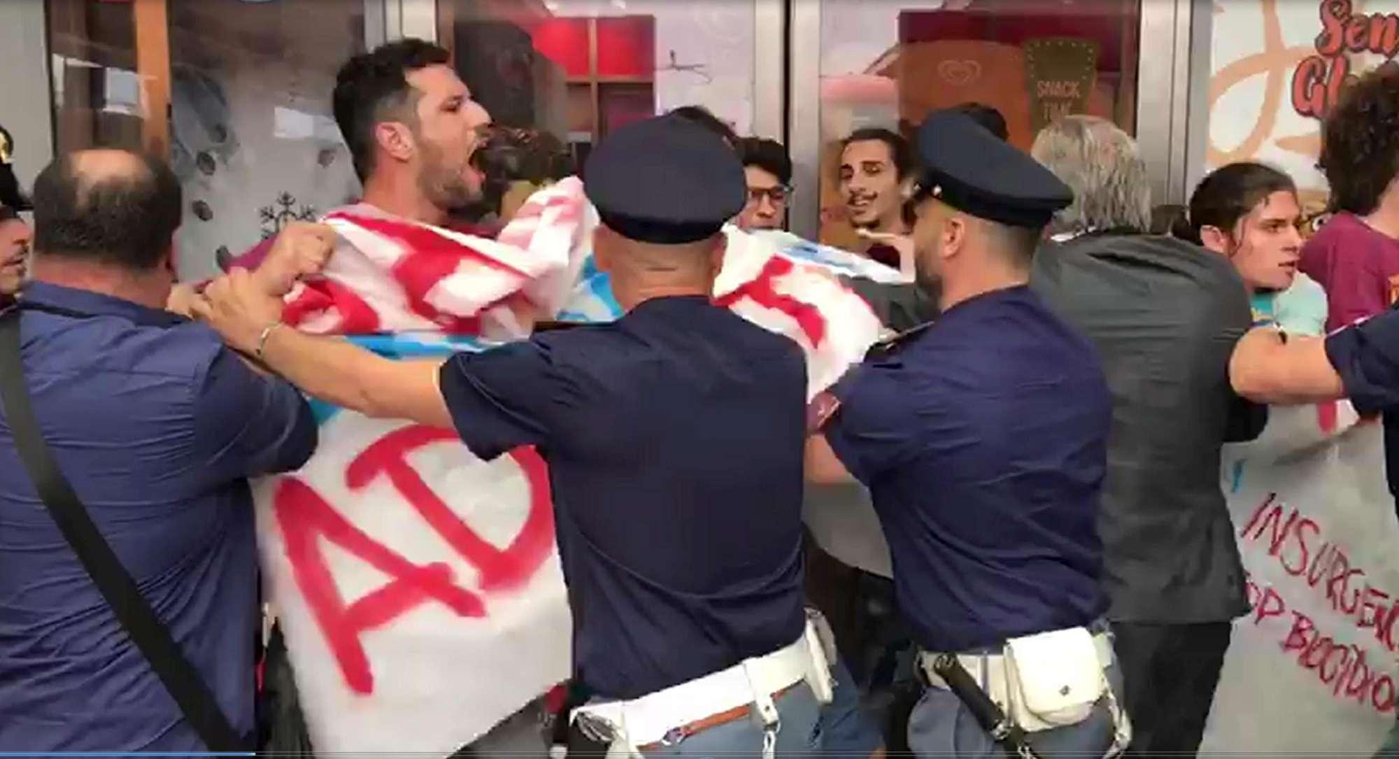 Afragola, proteste all inaugurazione della stazione Tav: scontri tra manifestanti e polizia