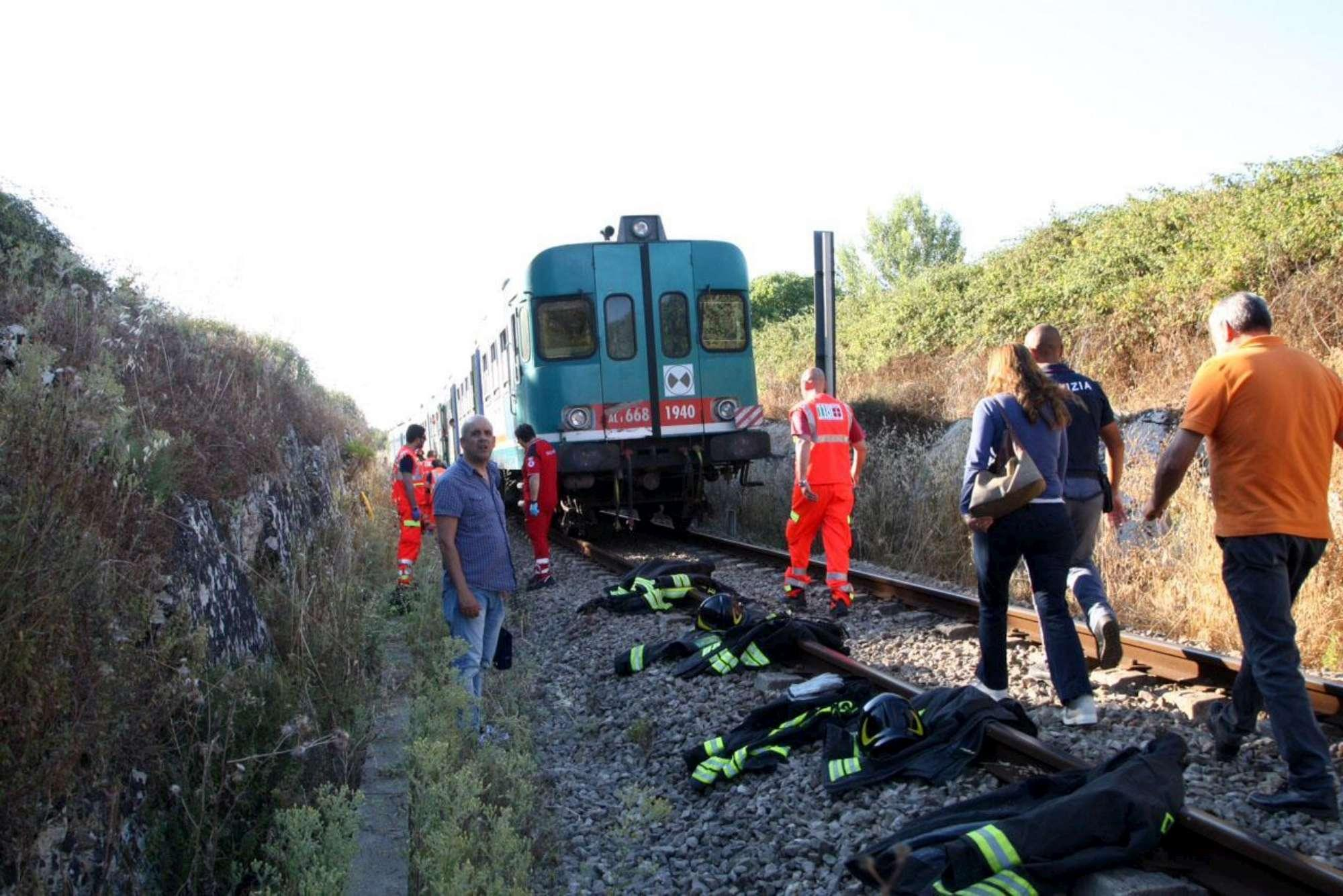 Scontro tra due treni nel Salento: dieci feriti