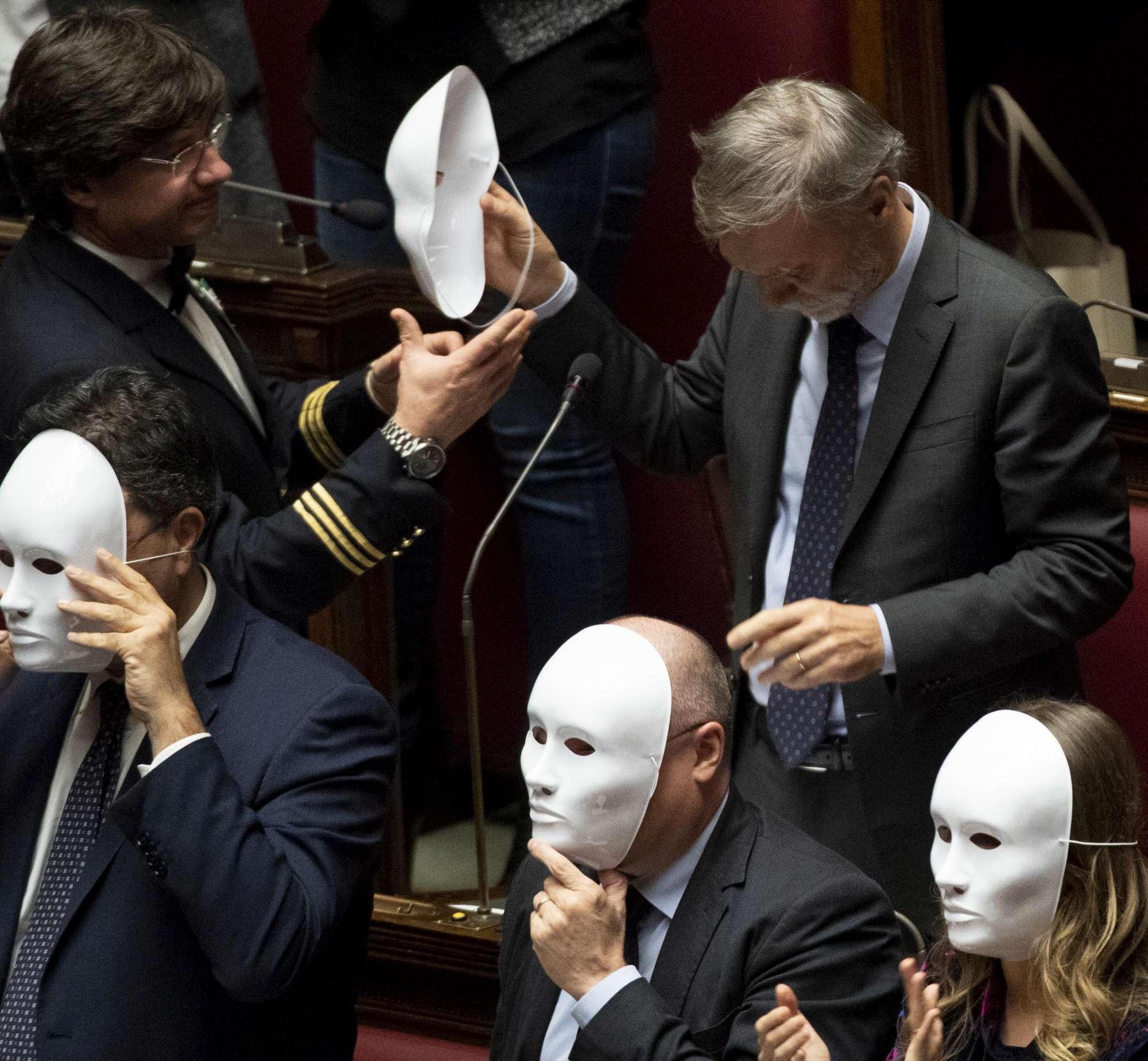 Pd in Aula con maschere bianche per gli  invisibili