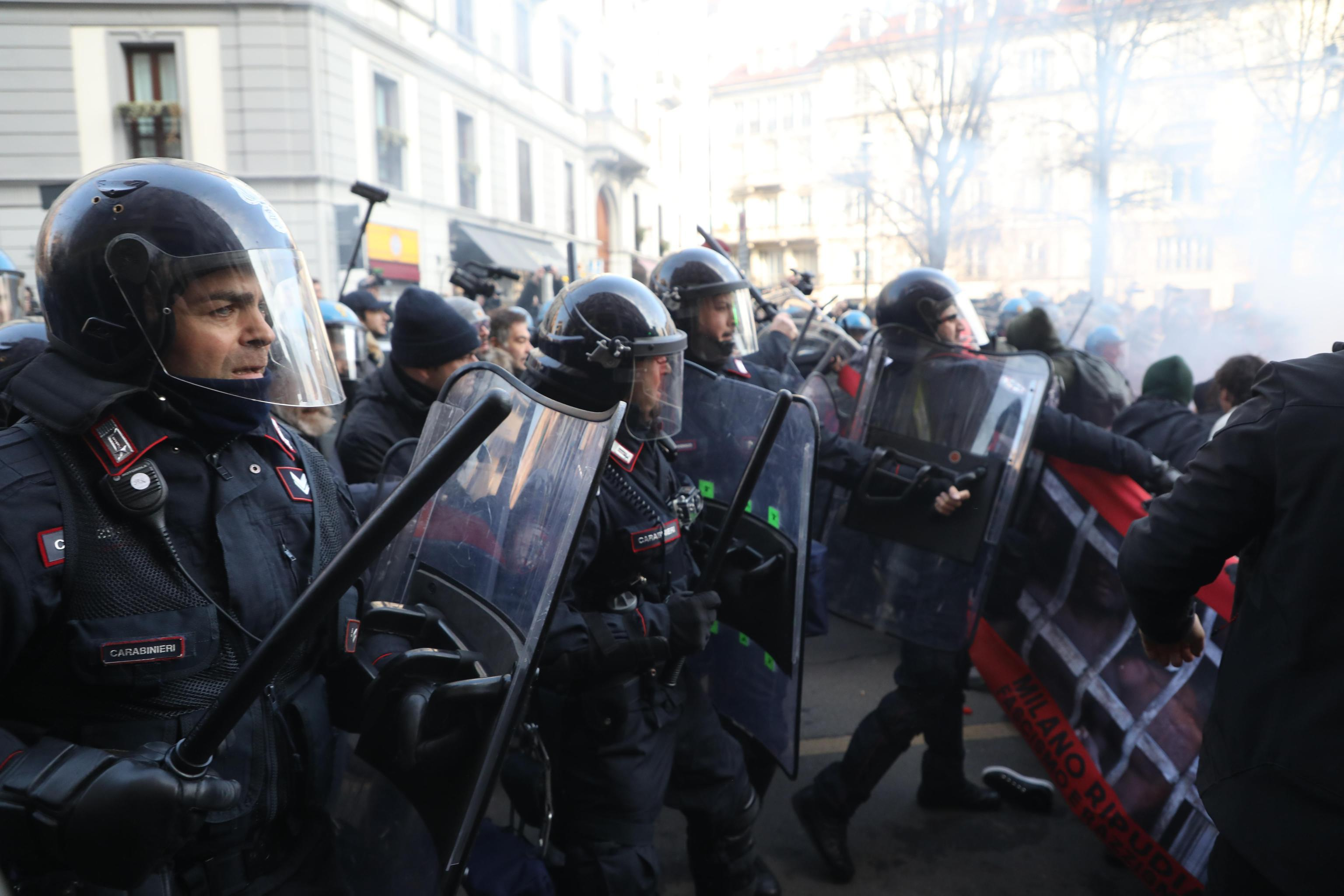 Milano, scontri tra antagonisti e forze dell ordine