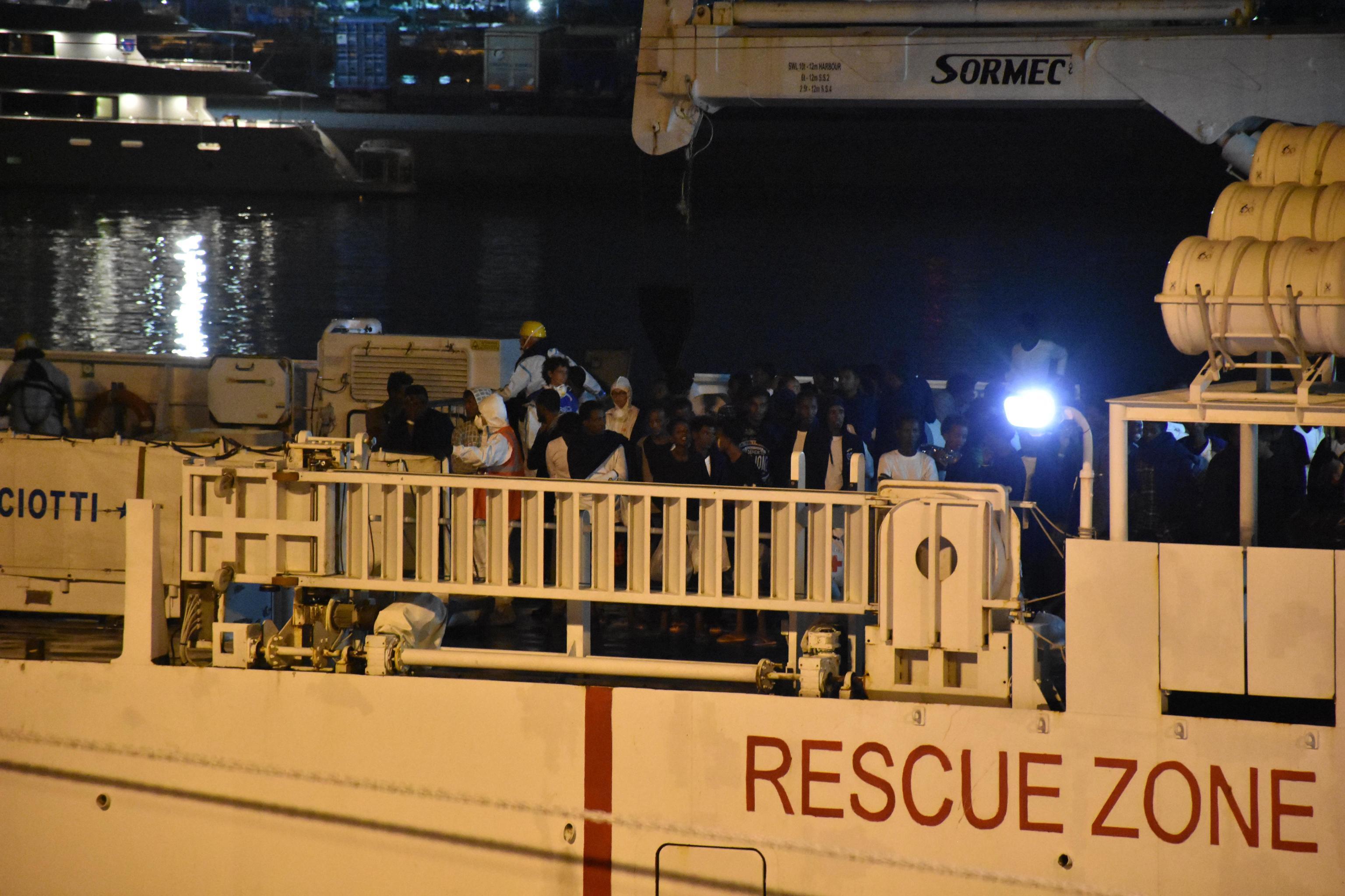 Migranti, nave Diciotti arrivata a Catania