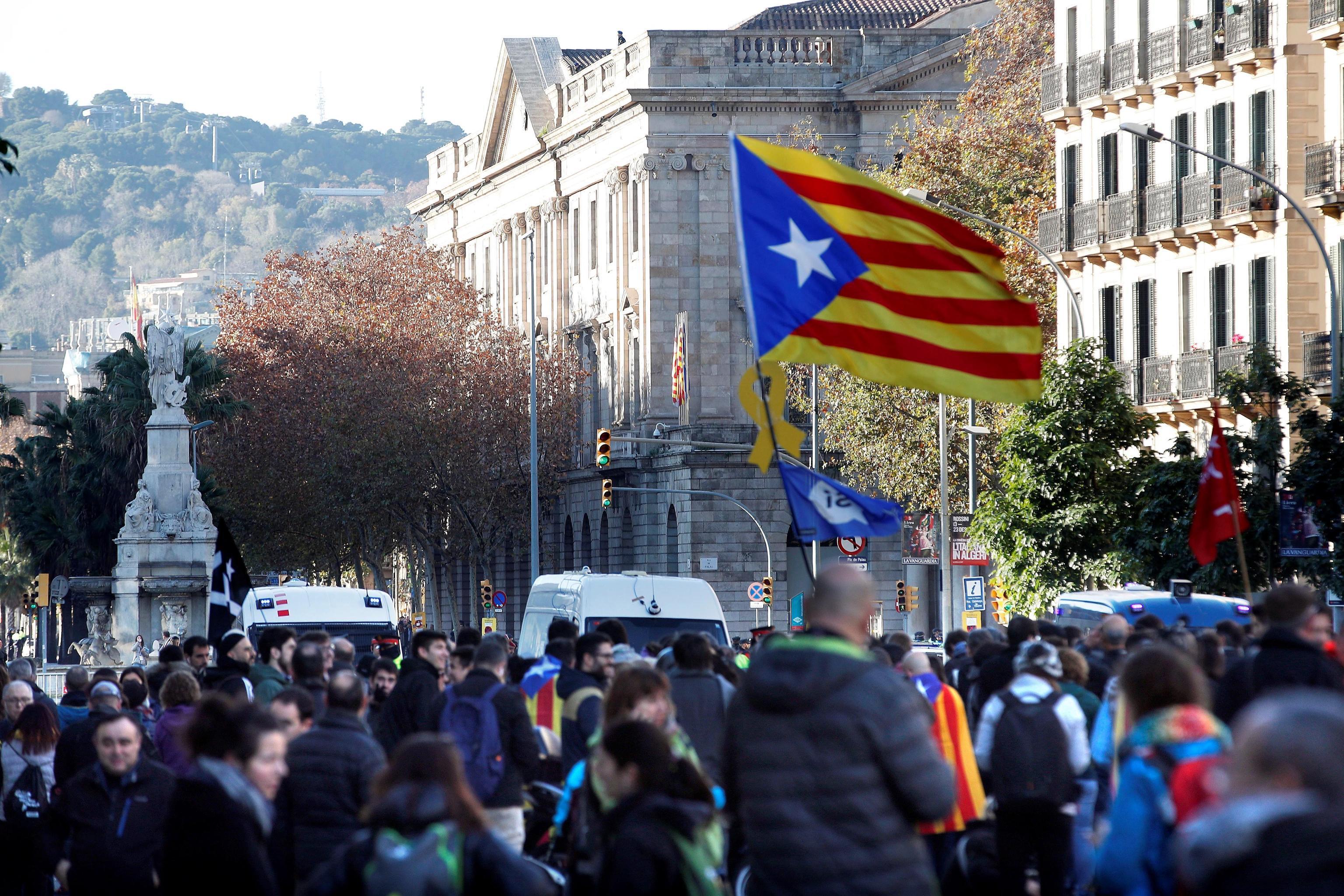 Catalogna, tensione a Barcellona: indipendentisti bloccano le strade
