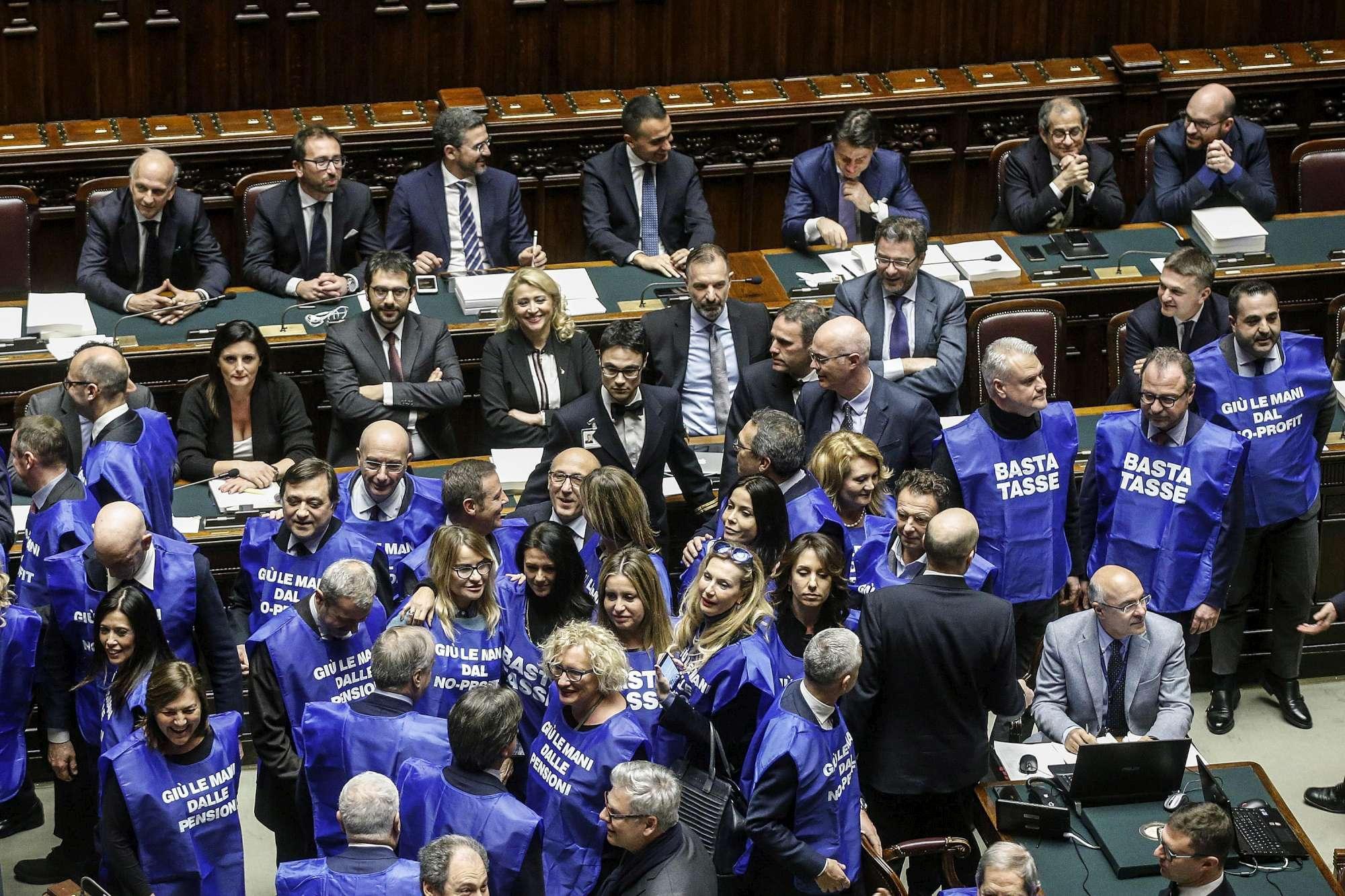 Manovra, protesta di Forza Italia alla Camera con gilet azzurri:  Basta tasse