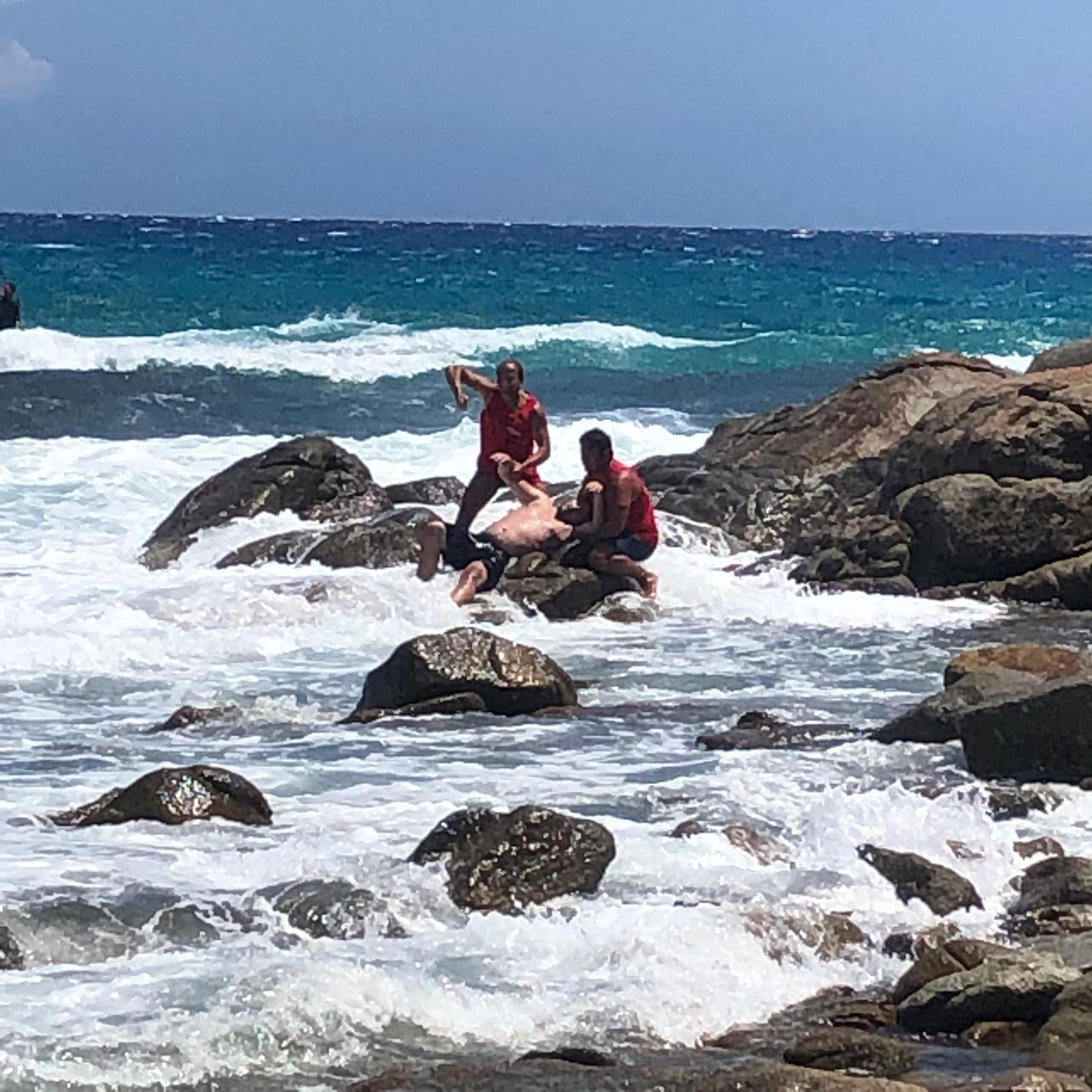 Cinque bagnanti in difficoltà salvati nel sud Sardegna: la foto che emoziona