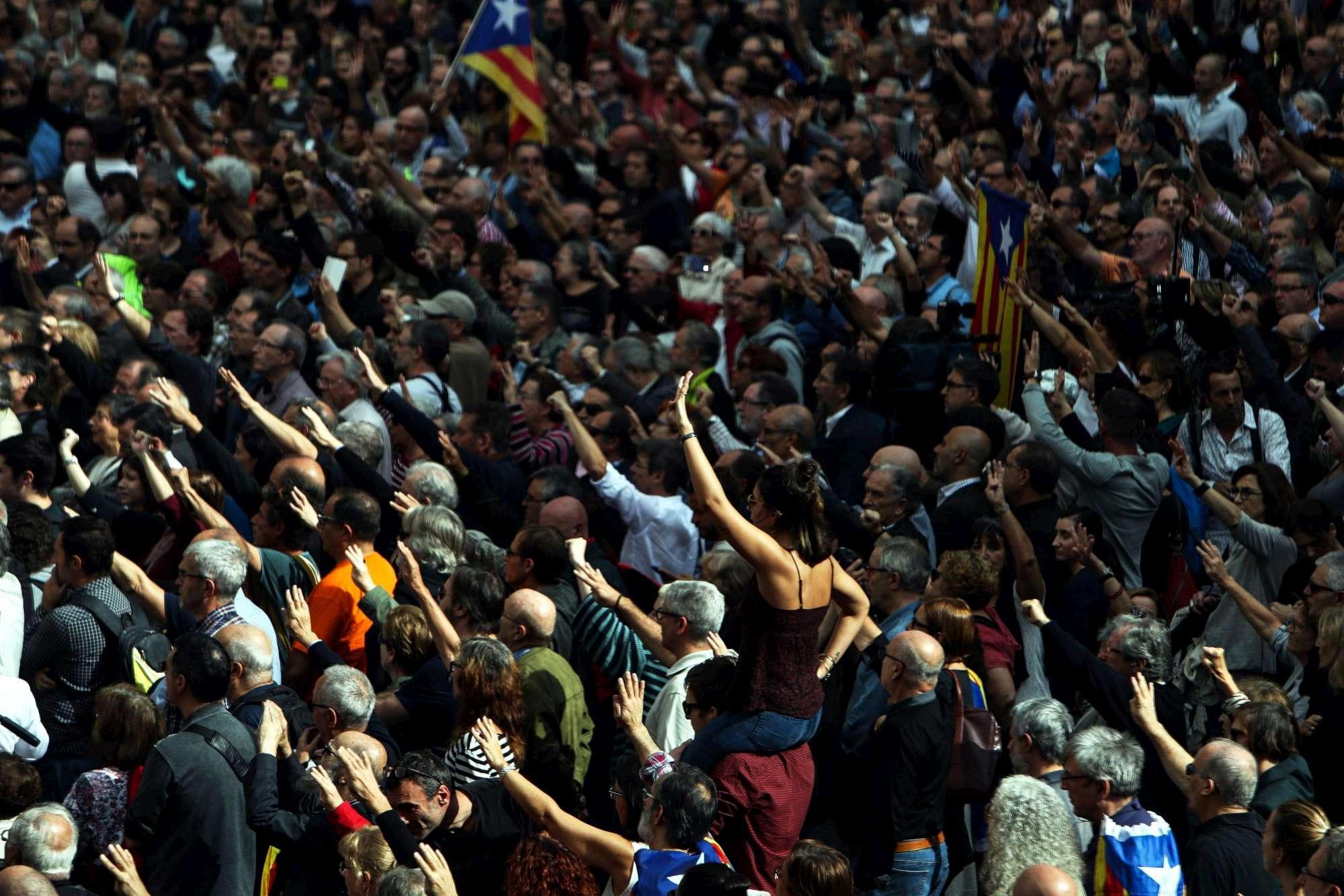 Catalogna, migliaia in piazza contro gli arresti dei membri del governo