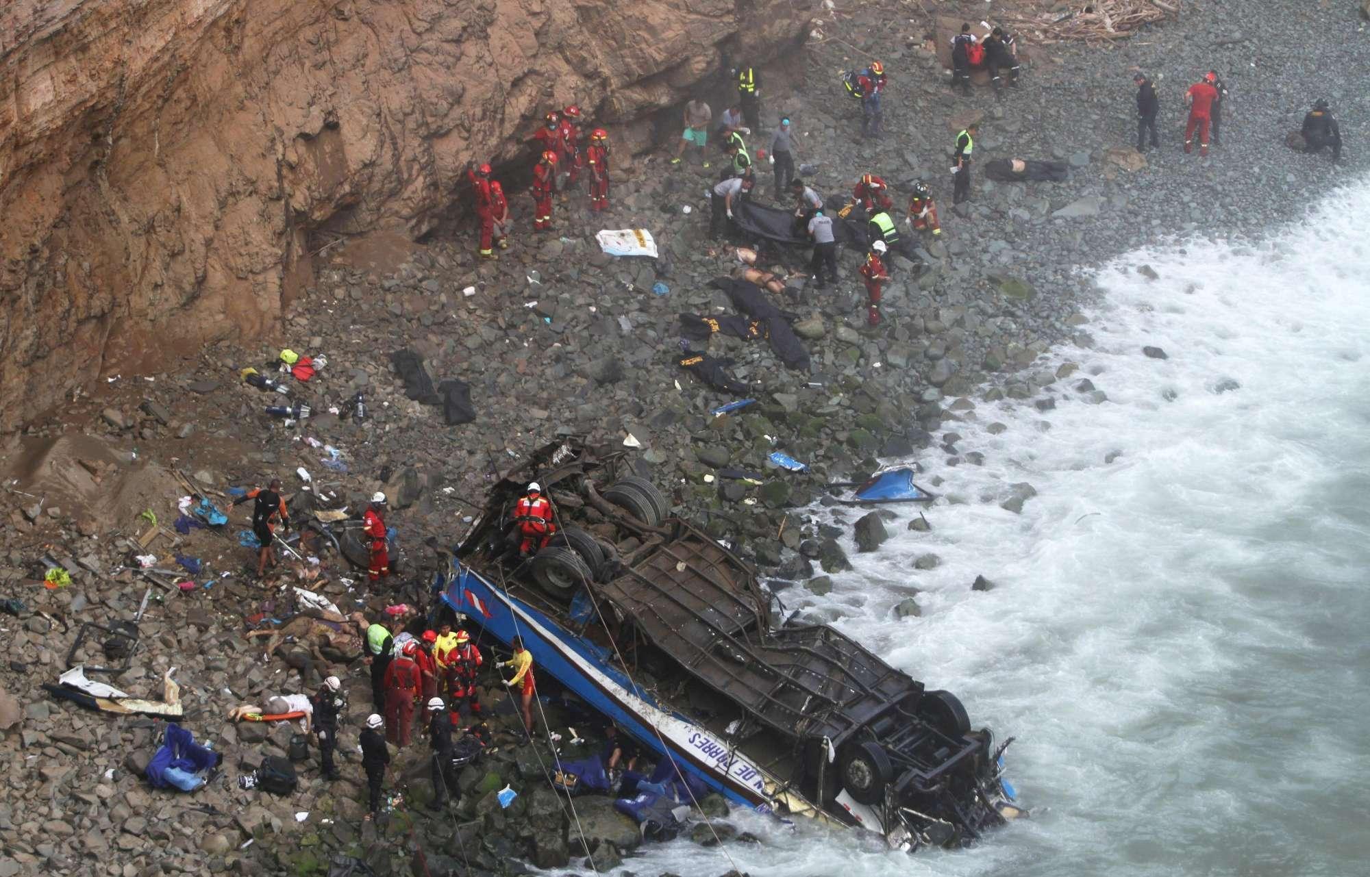 Perù, bus precipita in un burrone: decine di morti