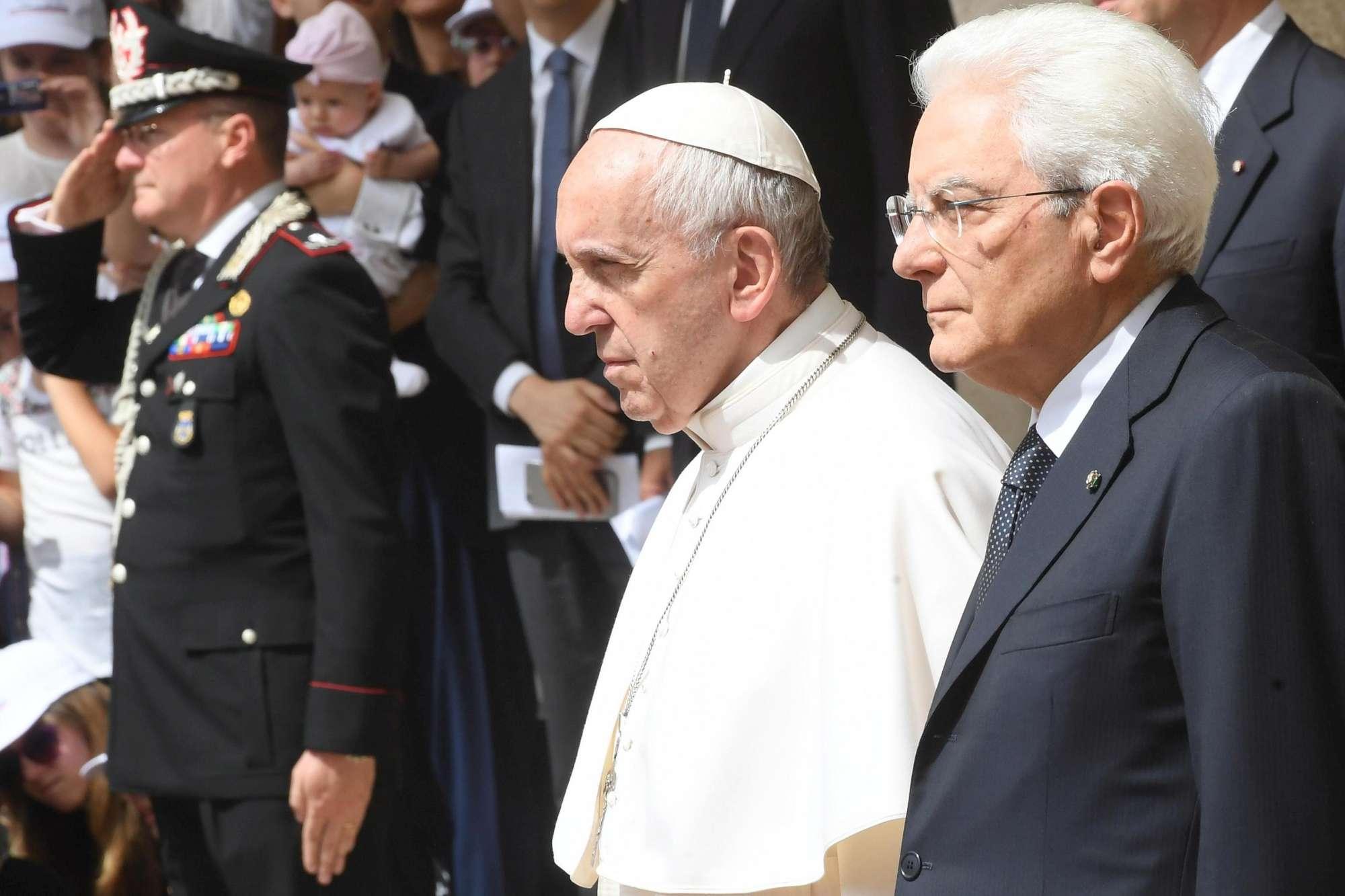 Bergoglio e Mattarella tra sorrisi e strette di mano