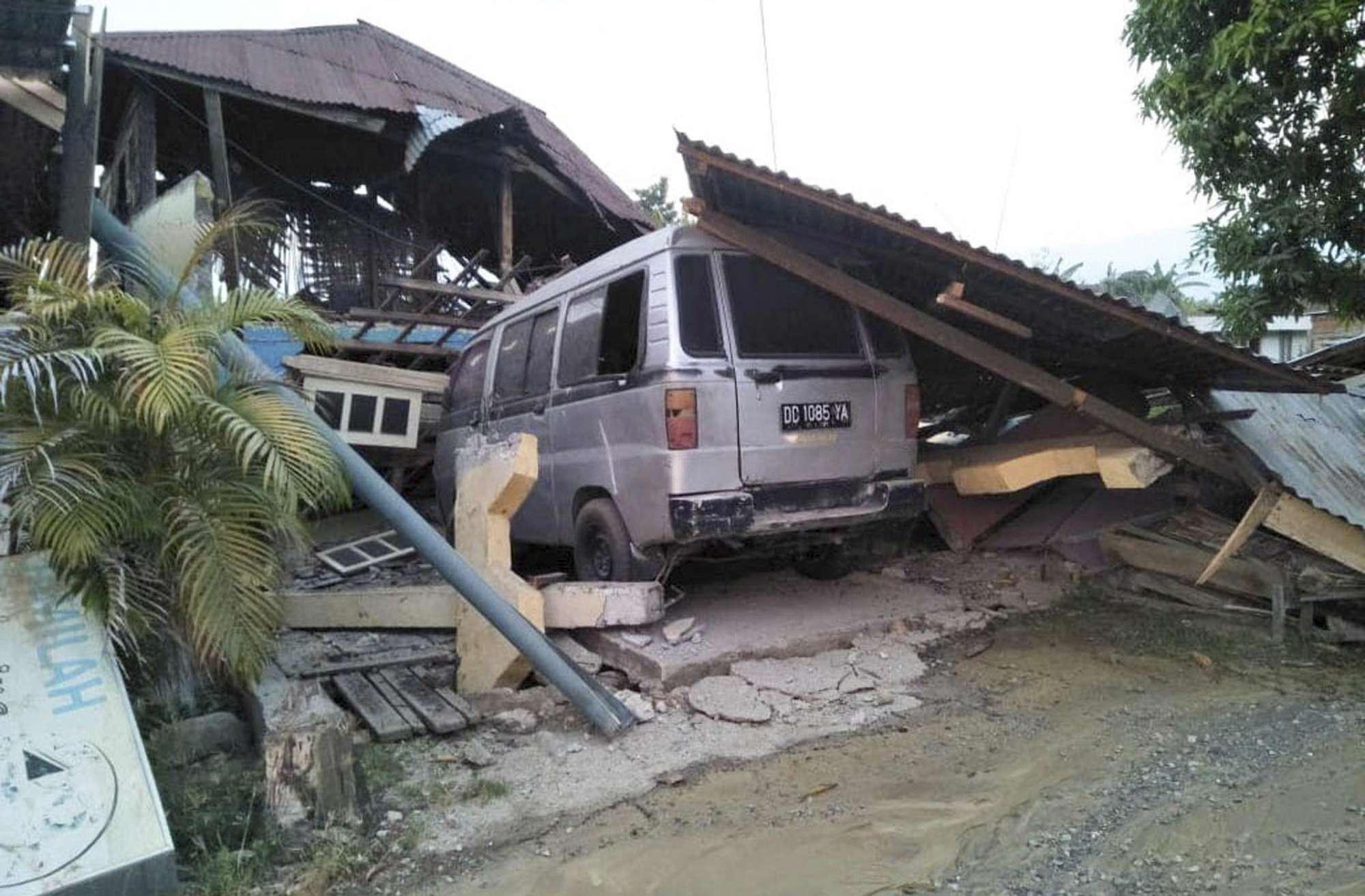 Indonesia, terremoto e tsunami mietono decine di vittime
