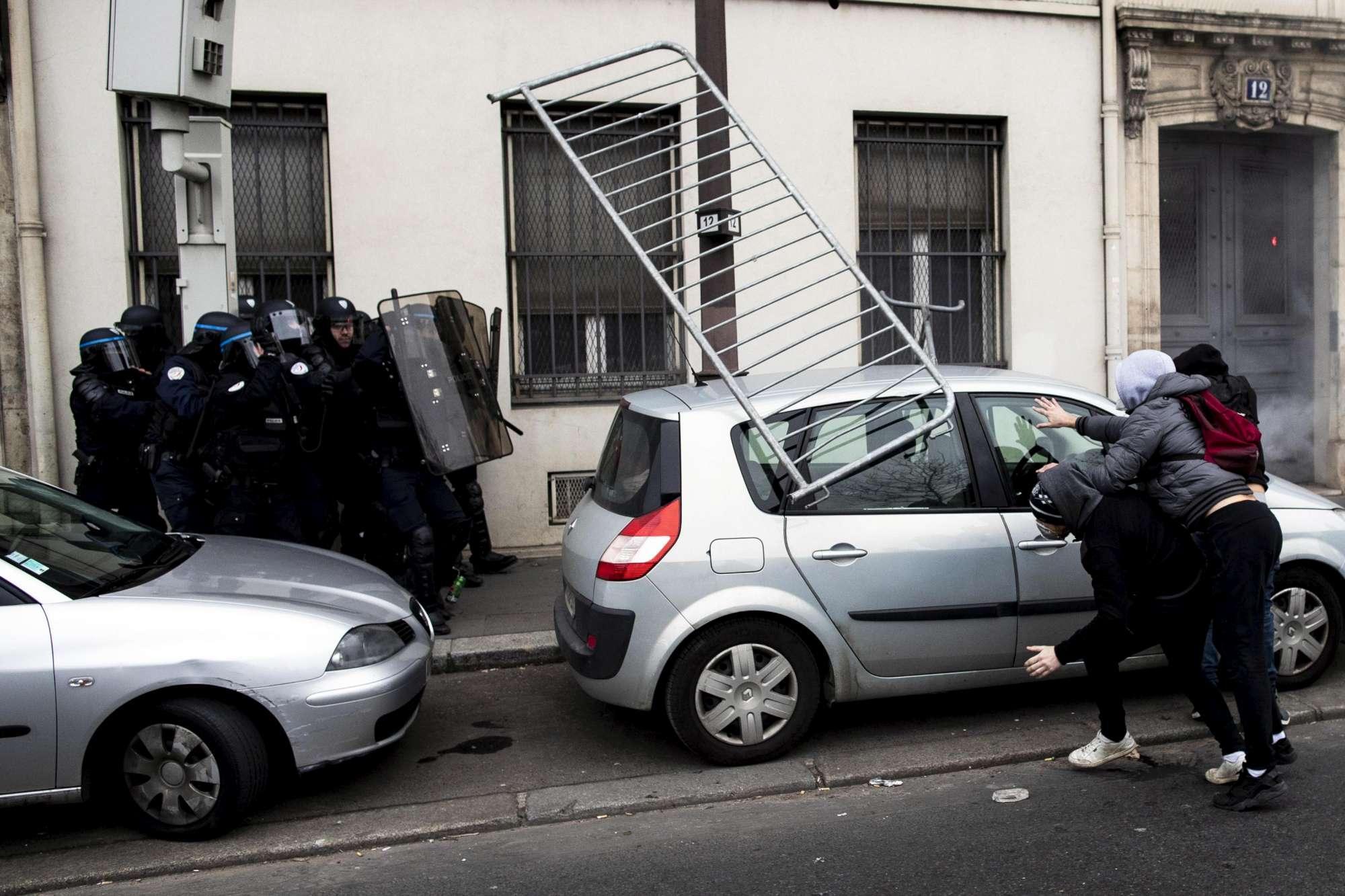 Francia, nuove proteste dei gilet gialli: polizia usa i lacrimogeni