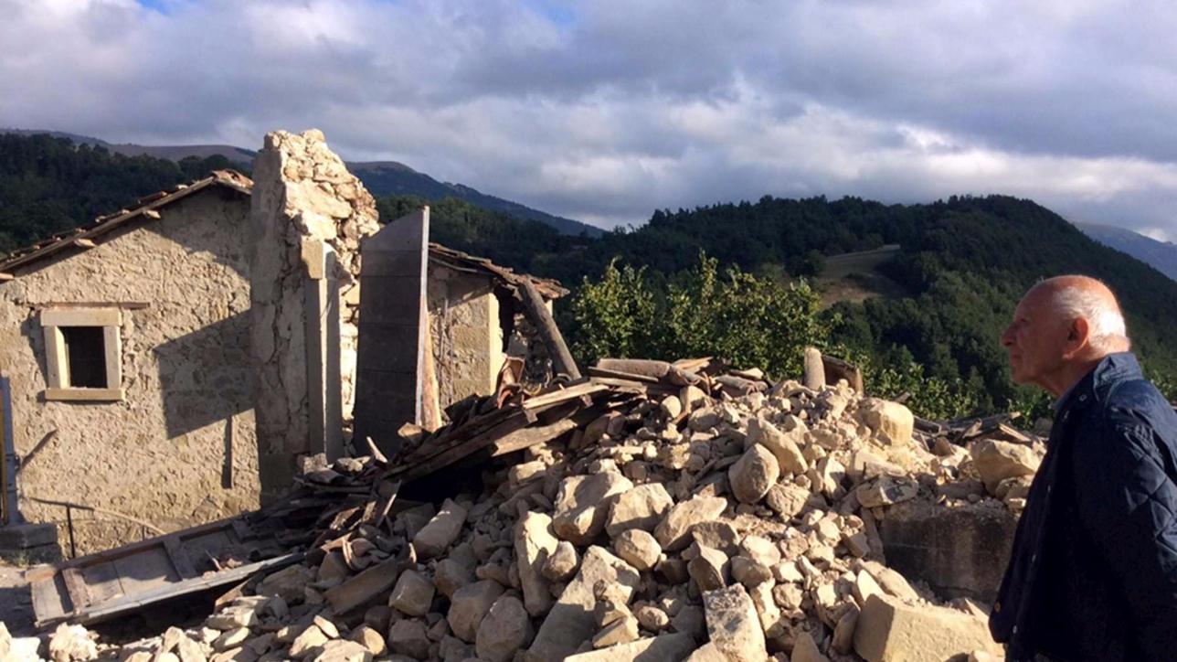 Muri in polvere e strade devastate nel piccolo centro di Accumoli: morti, feriti e ospedali da campo