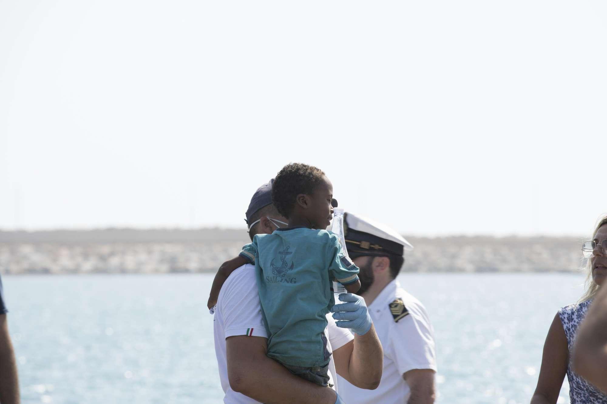 Migranti, lo sbarco di donne e bambini dopo l ok di Conte
