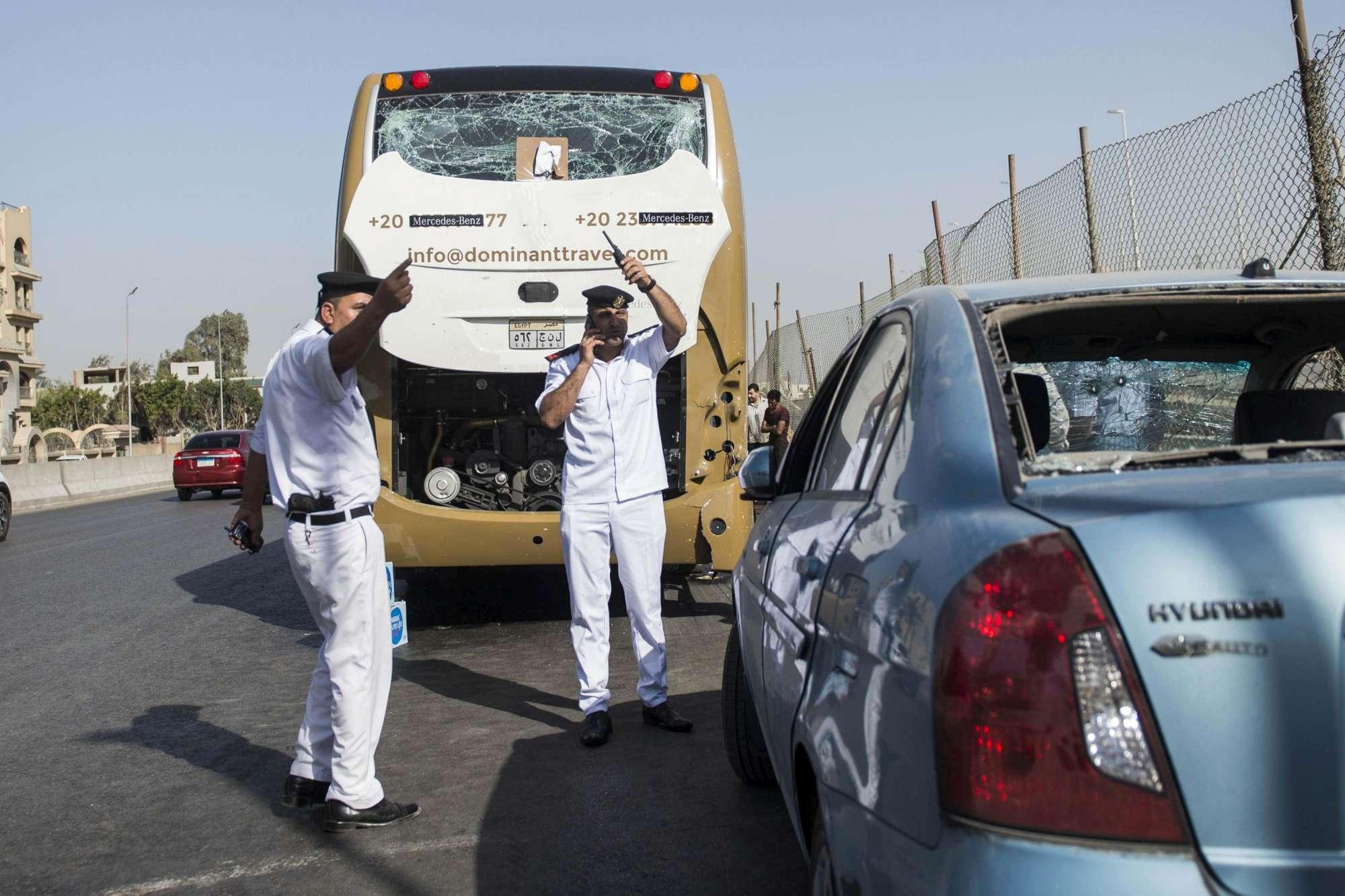 Egitto, esplosione investe un bus turistico: almeno 17 feriti