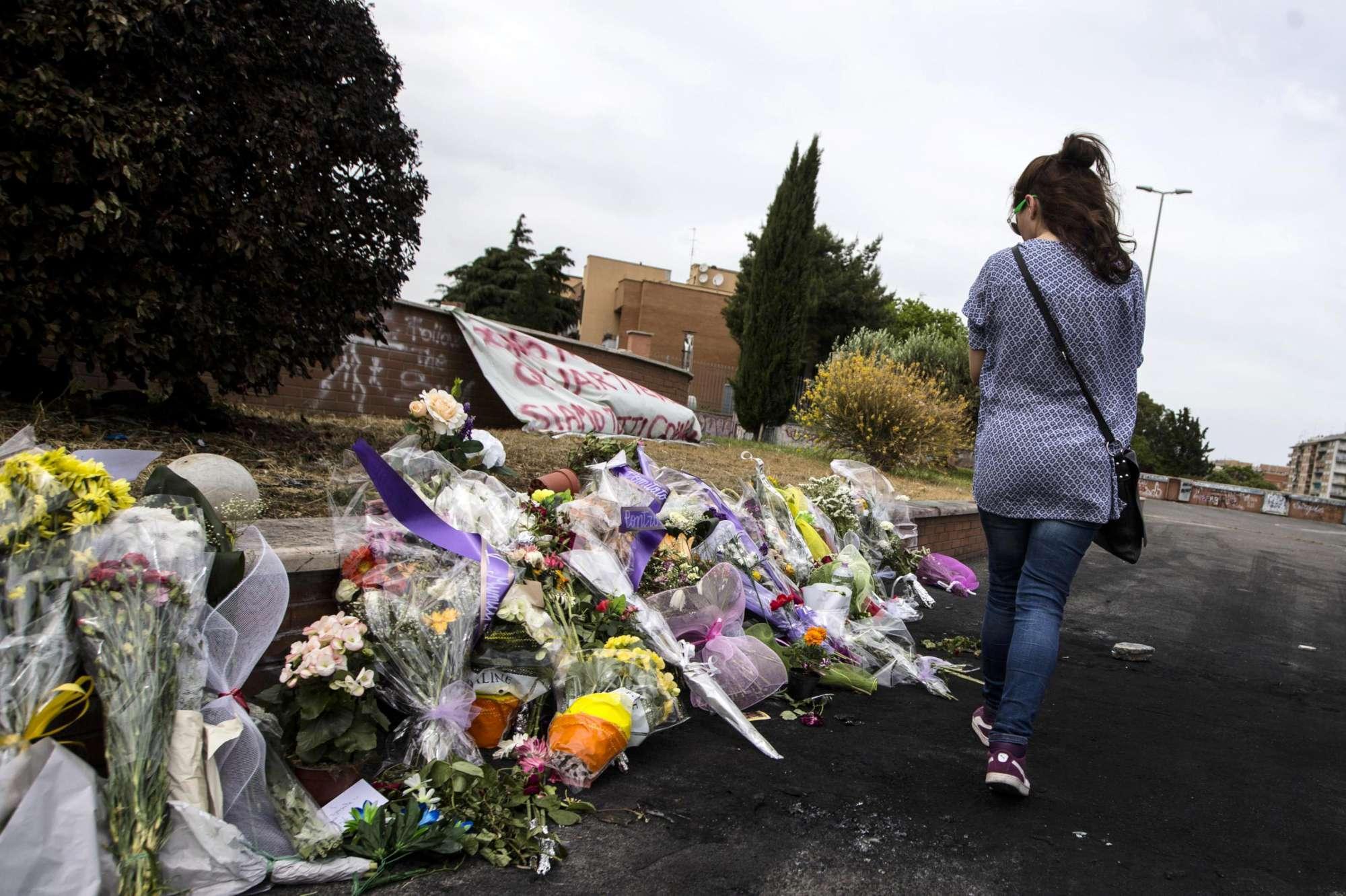 Rogo del camper a Centocelle, fiori in ricordo delle tre sorelle uccise