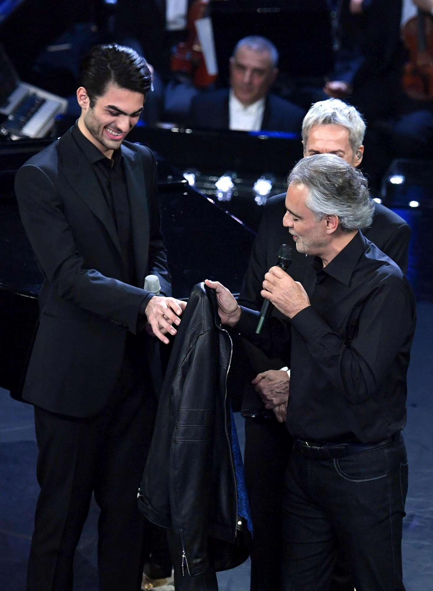Sanremo 2019, standing ovation per Bocelli e il figlio Matteo conquista i social