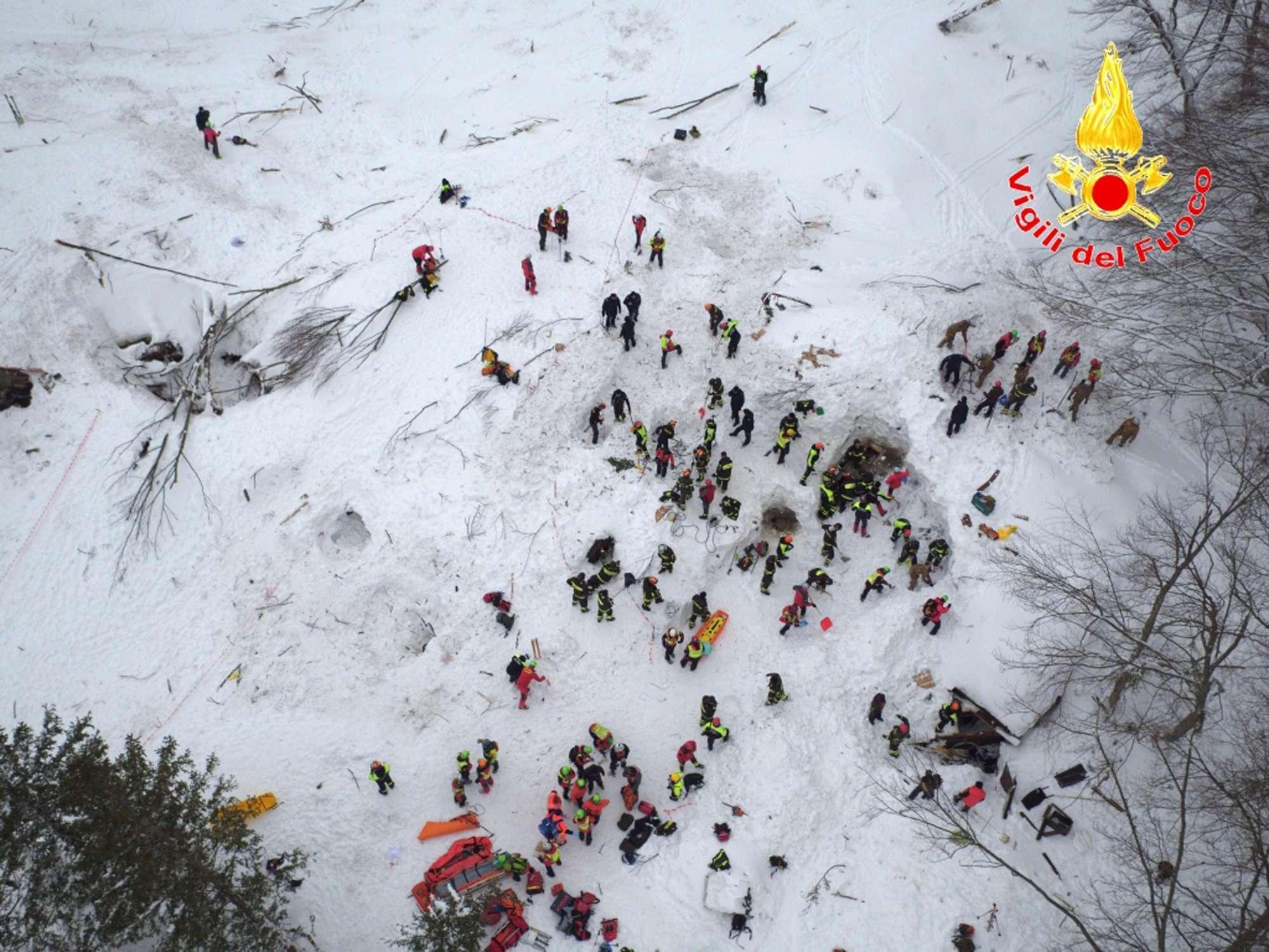 Hotel Rigopiano, le immagini dei soccorsi prese dall alto