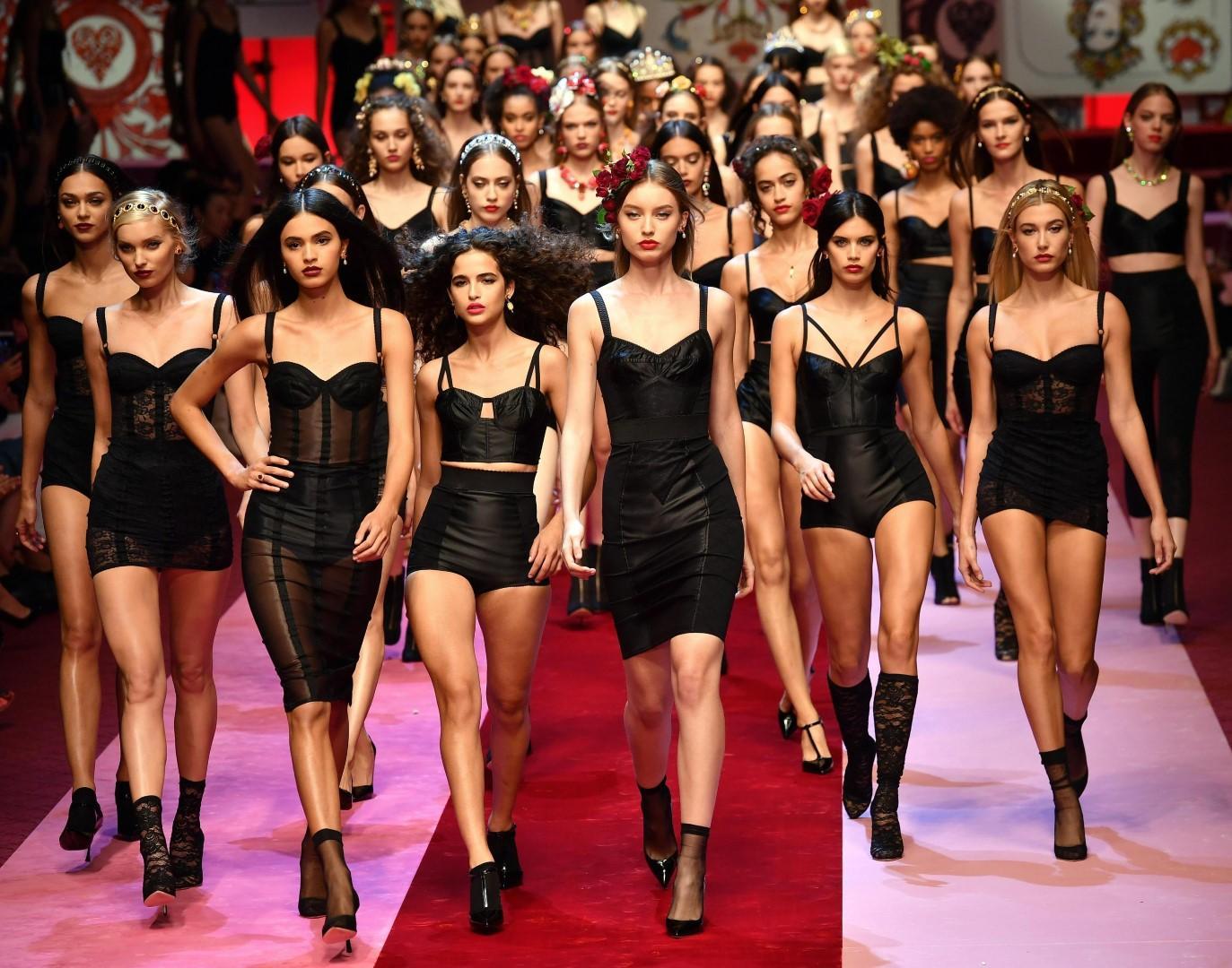 eccf590c56515 Dolce e Gabbana  la donna come Regina di cuori - Tgcom24