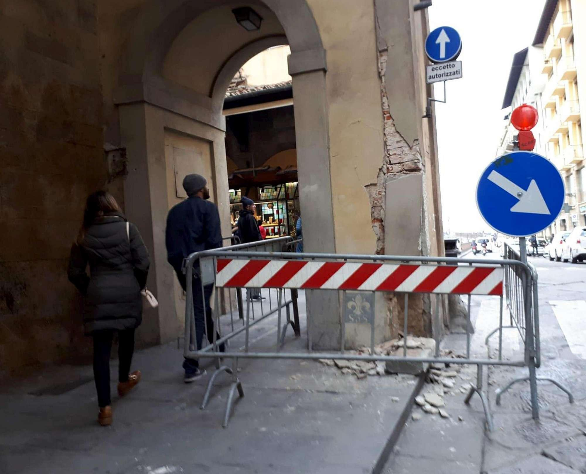Firenze, mezzo pesante si schianta contro il colonnato degli Uffizi