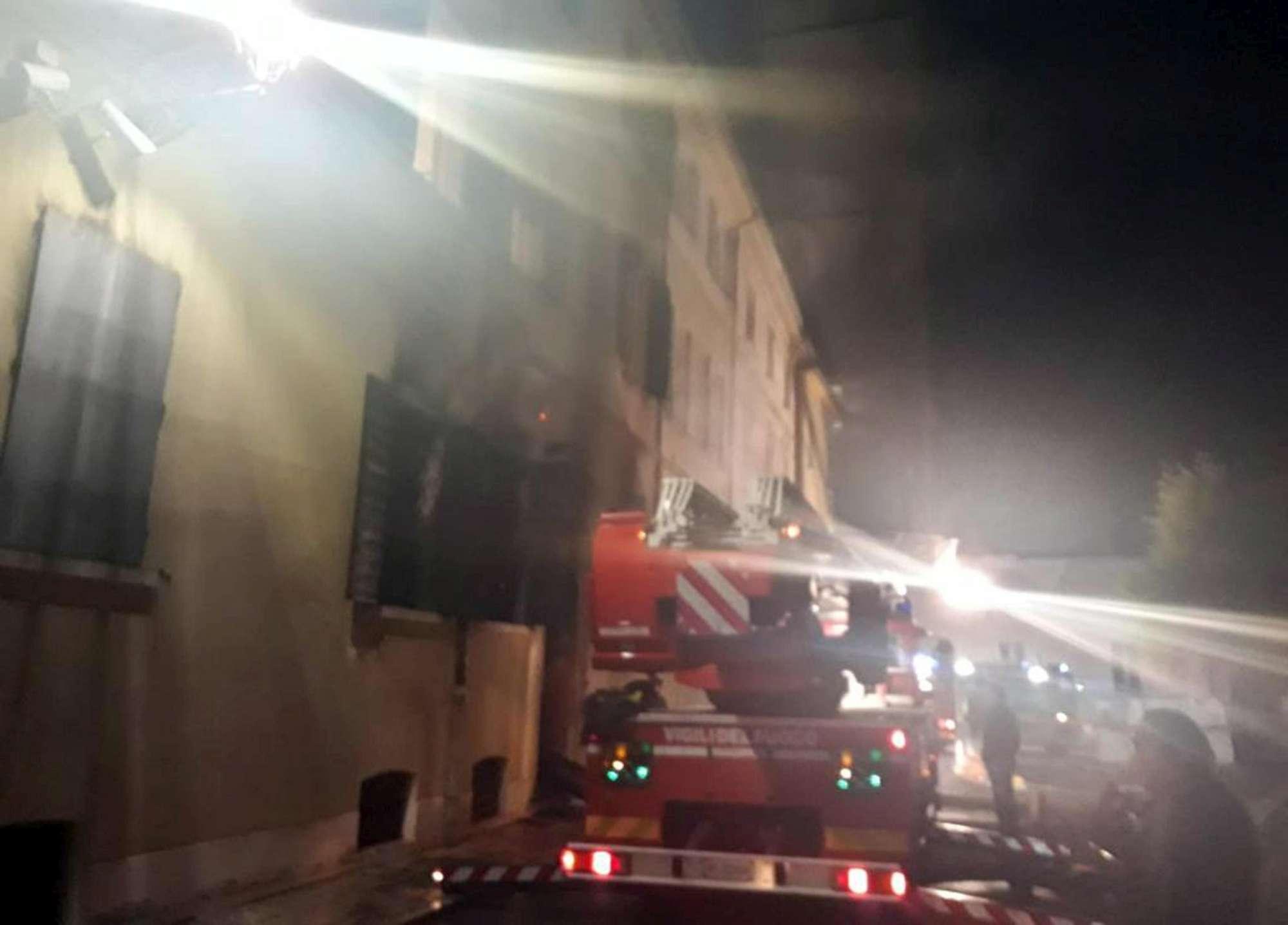 Mirandola, incendio nella sede della polizia locale: due morti