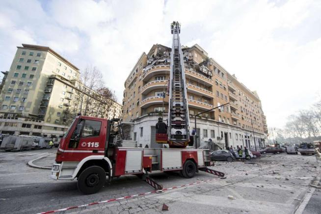 Roma, crollano 3 piani di un palazzo sul Lungotevere: diffide a lavori nel 2012