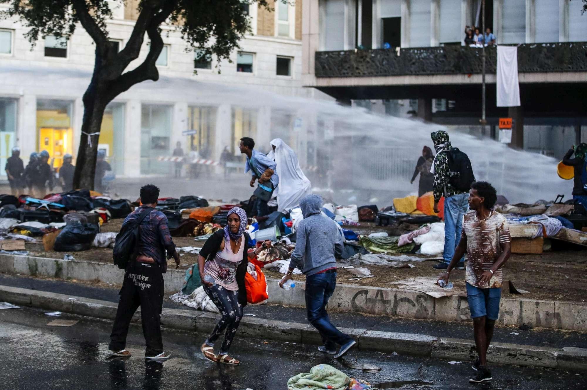 Sgombero, scontri fra migranti e forze dell ordine a Roma