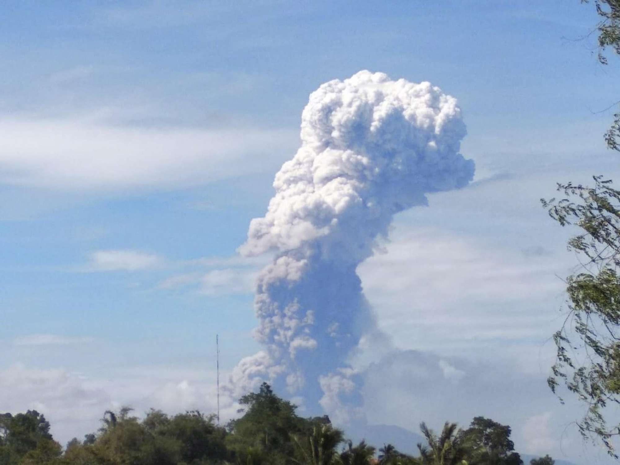 Terremoto, tsunami e ora eruzione del vulcano Soputan