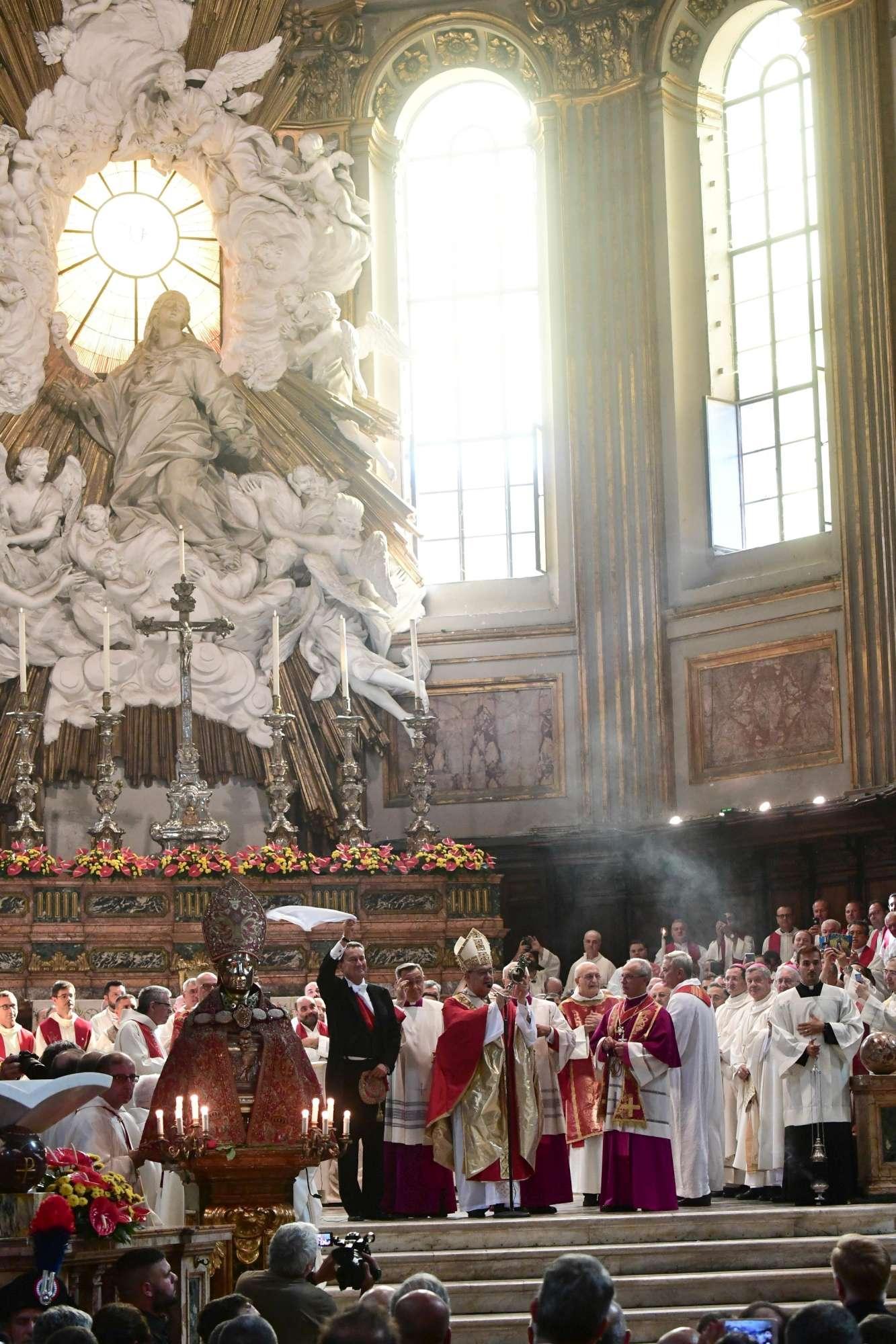 Napoli, si ripete il miracolo di San Gennaro: sangue liquefatto