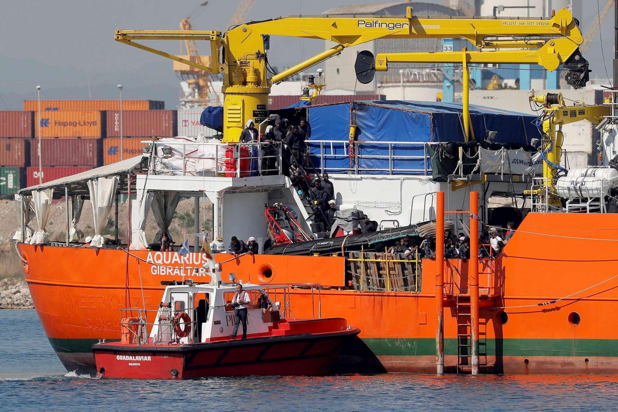Aquarius, i migranti arrivano nel porto di Valencia