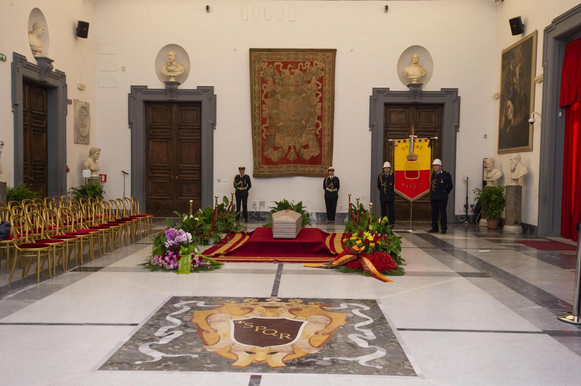 L addio a Luciano De Crescenzo: aperta la camera ardente in Campidoglio