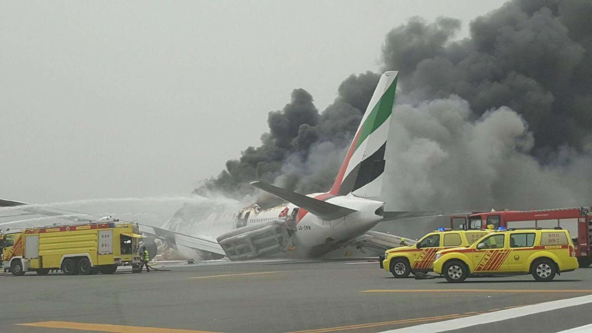 Dubai, incidente su un aereo Emirates: atterraggio di emergenza