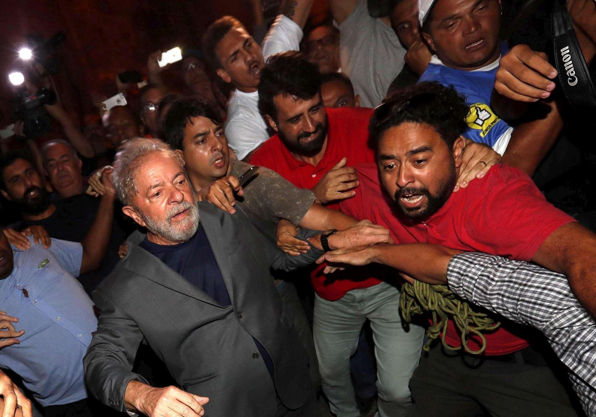 Brasile, l ex presidente Lula si consegna alla polizia