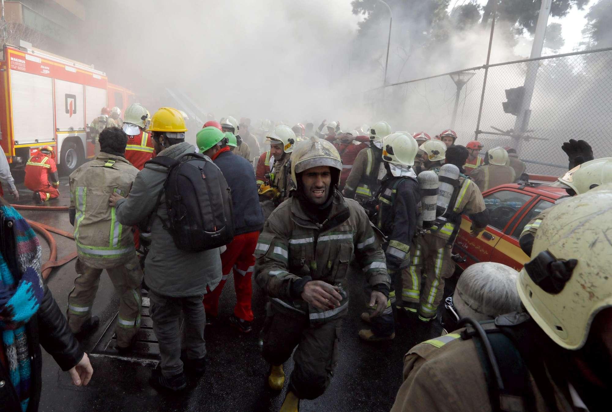 Iran pompieri travolti dal crollo