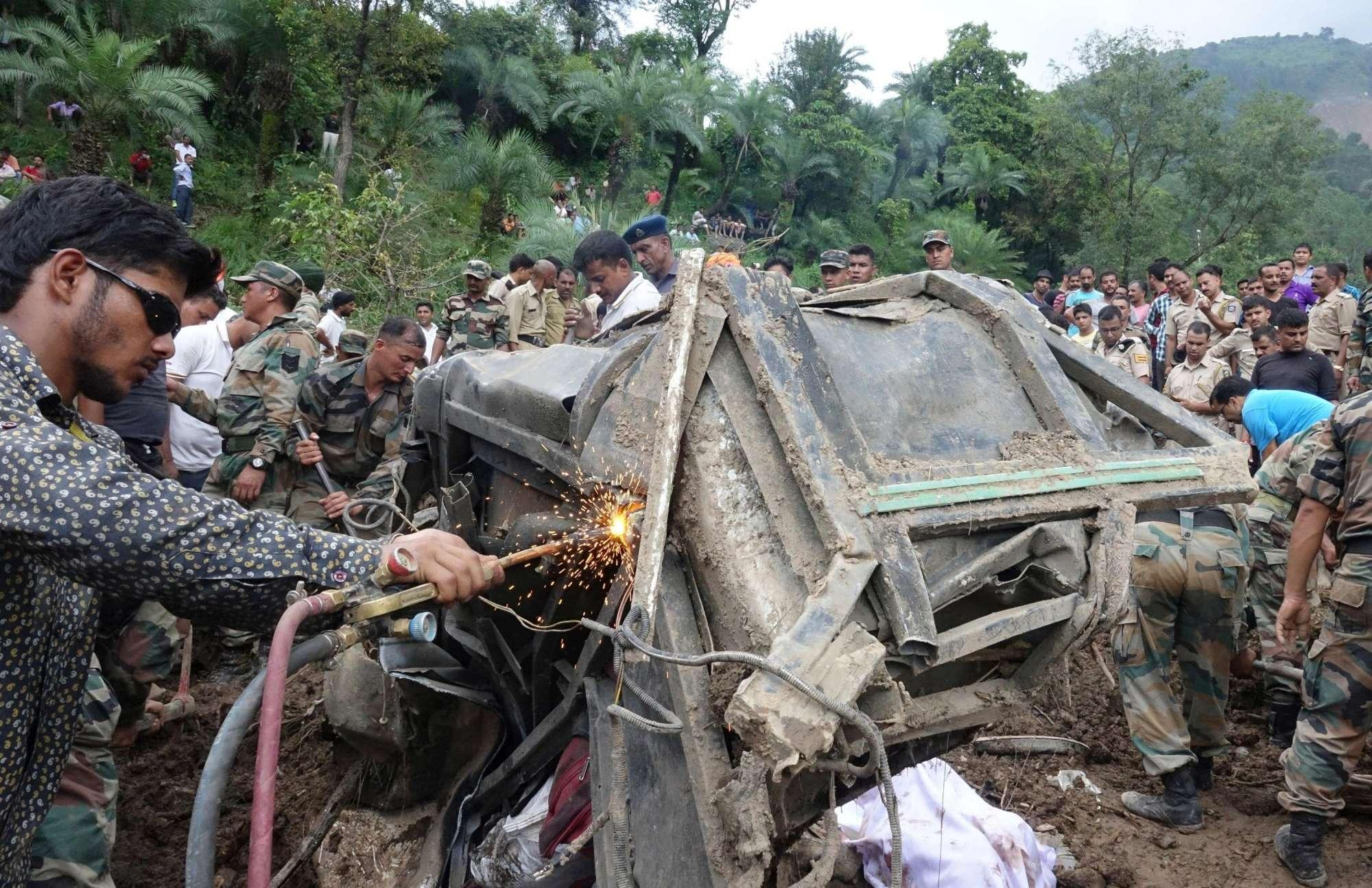 Frana su autobus in India, morti e dispersi