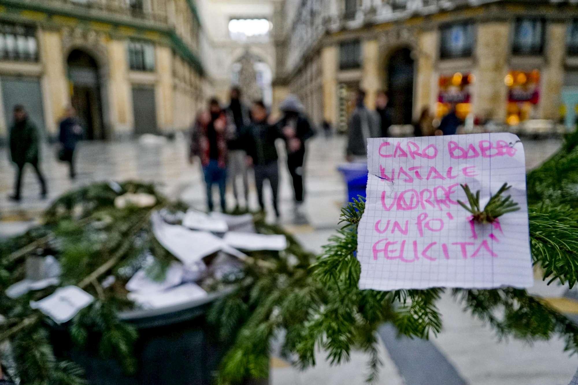 Napoli, l albero di Natale più amato dai ladri