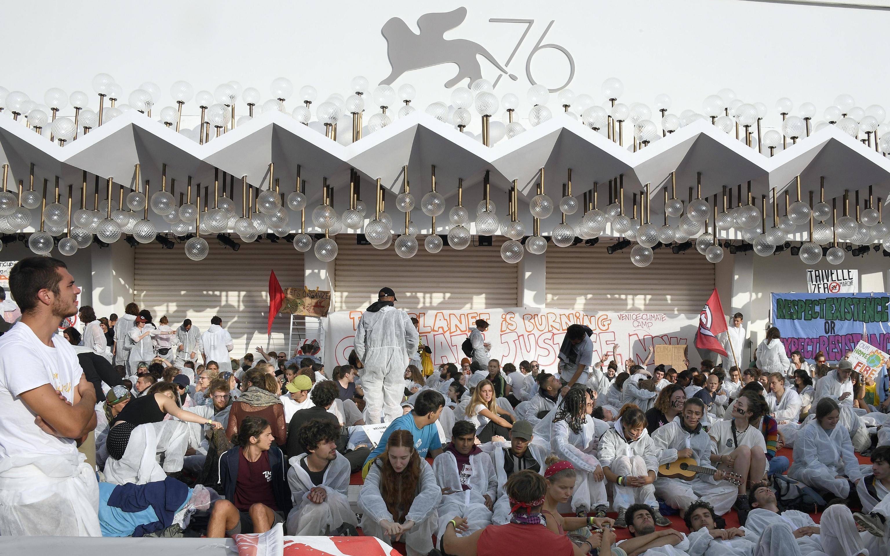 Venezia 76, attivisti del comitato  No grandi navi  occupano il red carpet