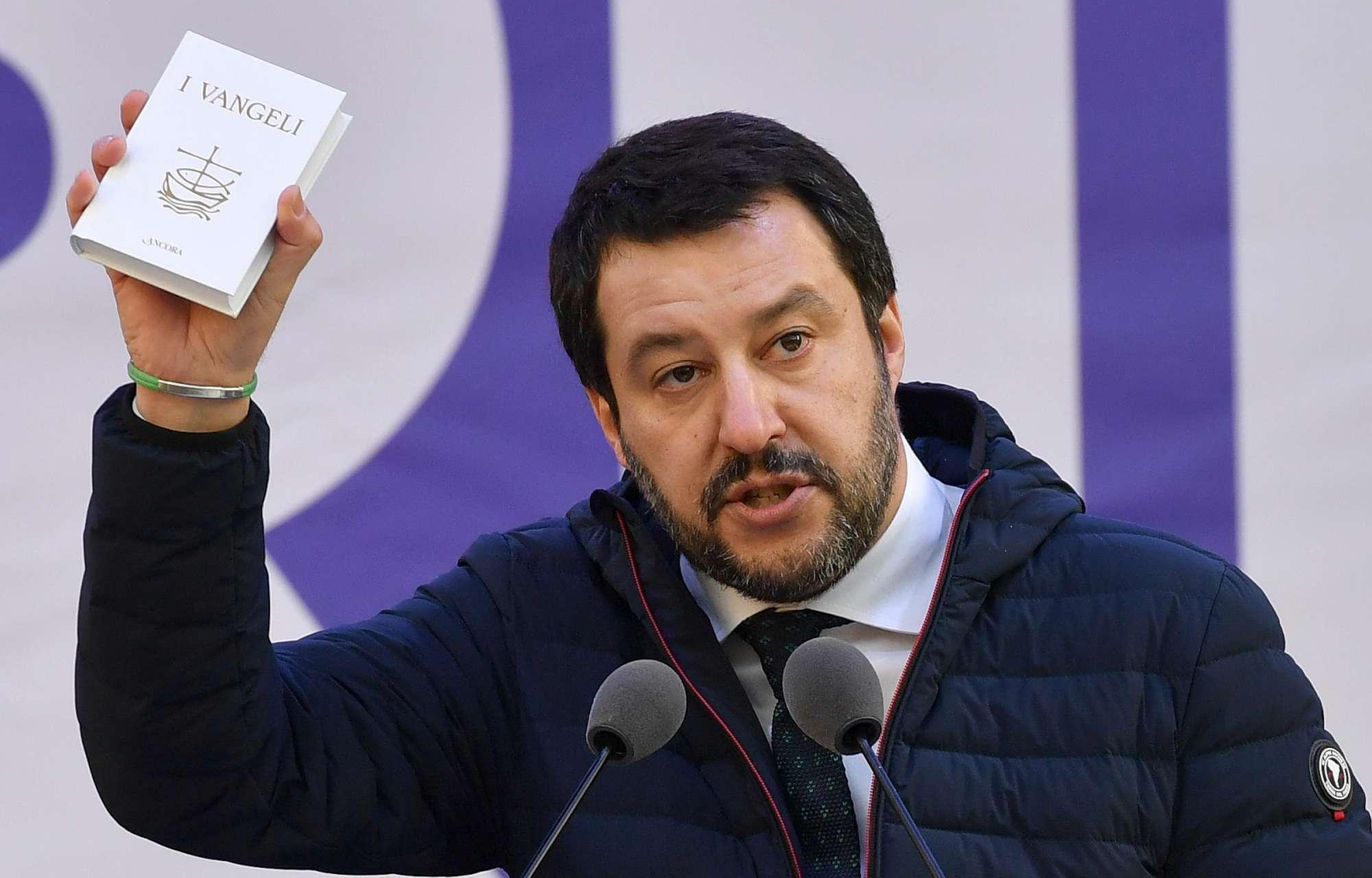 Elezioni, Salvini giura sul Vangelo e col rosario in mano:  Rispetterò la Costituzione