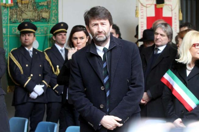 Umberto Eco, l addio laico di Milano: in centinaia alle esequie nel Castello Sforzesco