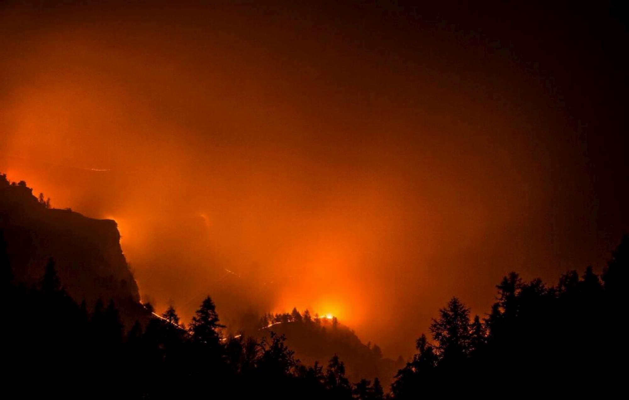 A fuoco boschi e colline in vaste aree del Piemonte, cresce la paura