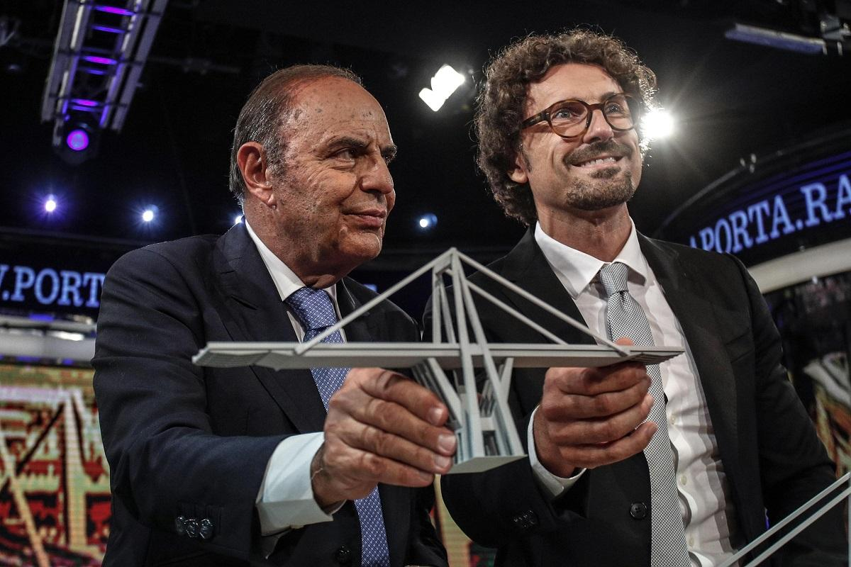 Crollo di Genova, Toninelli tra il plastico del ponte e le