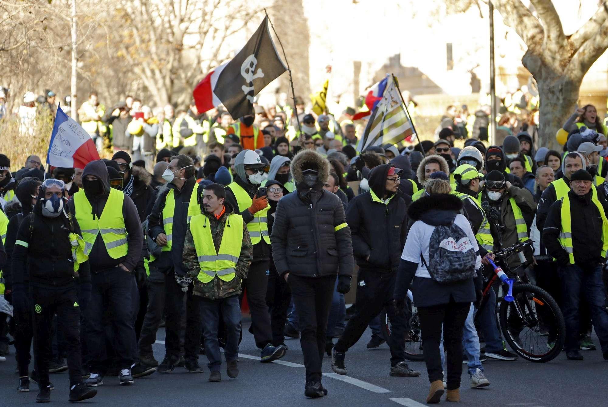 Nuova protesta dei gilet gialli a Parigi: scontri sugli Champs-Elysees