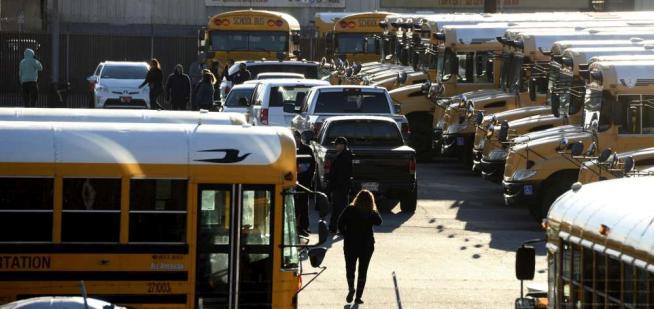 Allarme terrorismo a L.A., l'Fbi ritiene le minacce non credibili: riaprono scuole