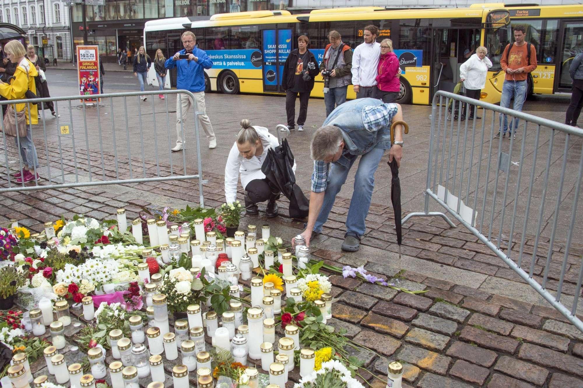 Fiori, candele e lacrime il giorno dopo in Finlandia a Turku, nel luogo dell attacco