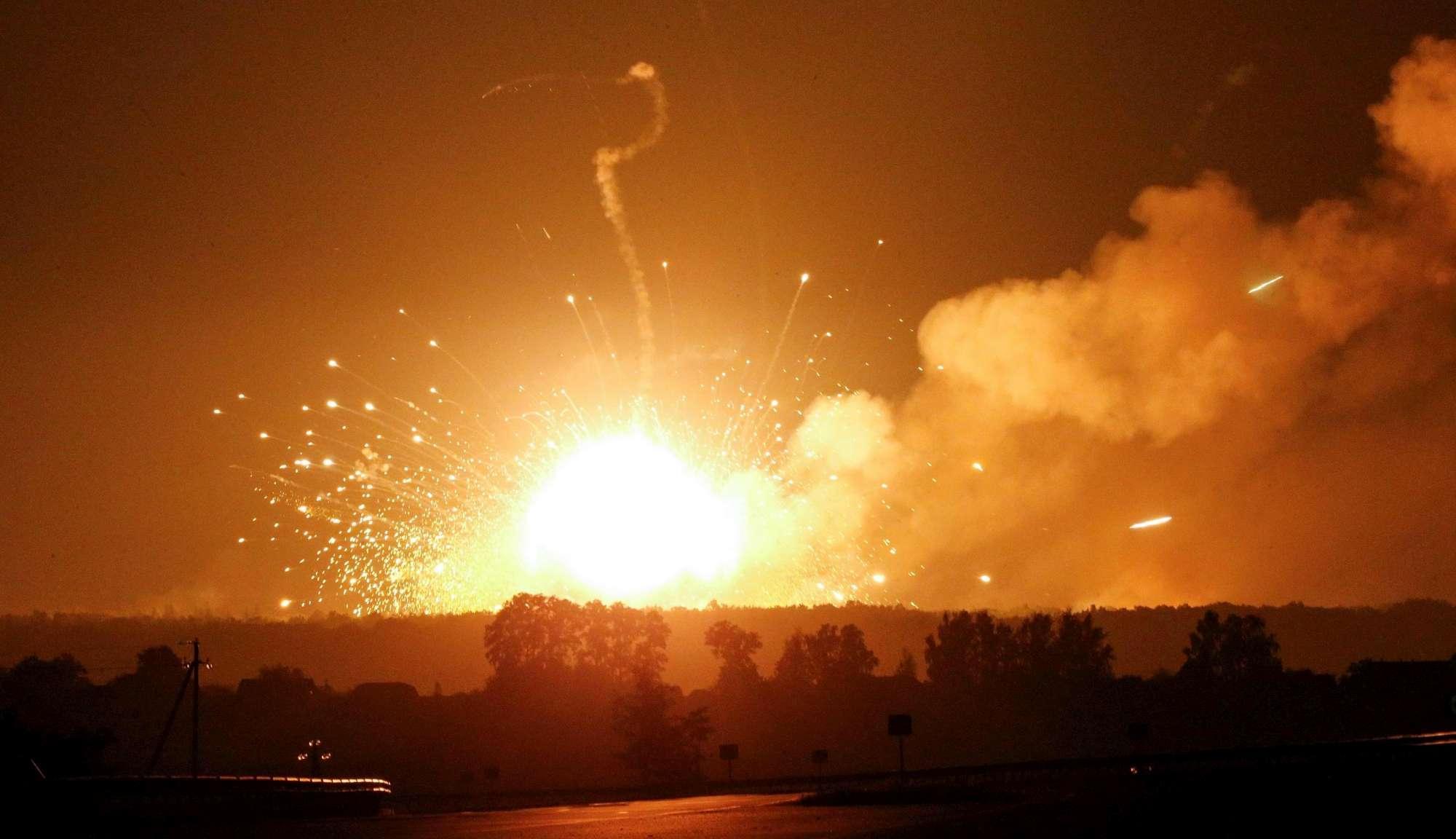 Va a fuoco un deposito di munizioni in Ucraina, 30mila evacuati